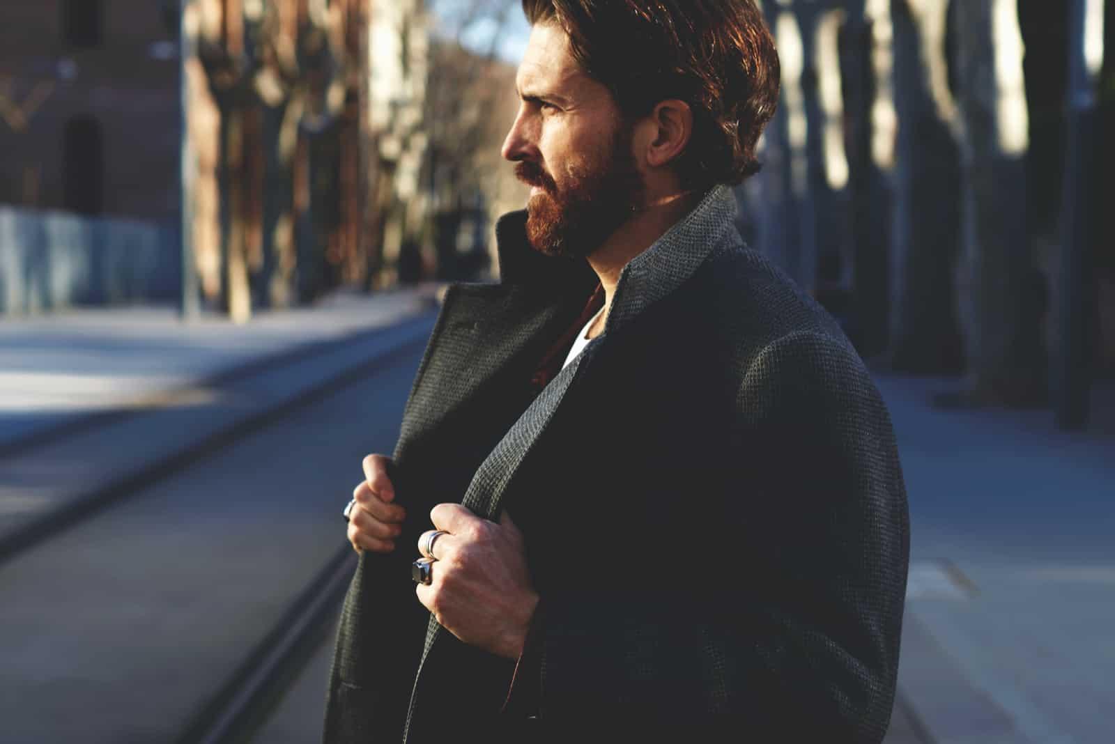 homme bien habillé avec barbe