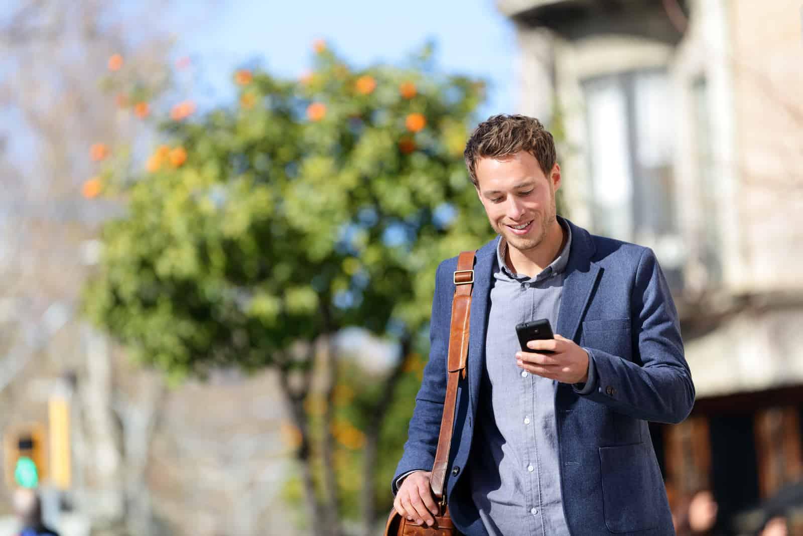 homme professionnel urbain à l'aide de smartphone