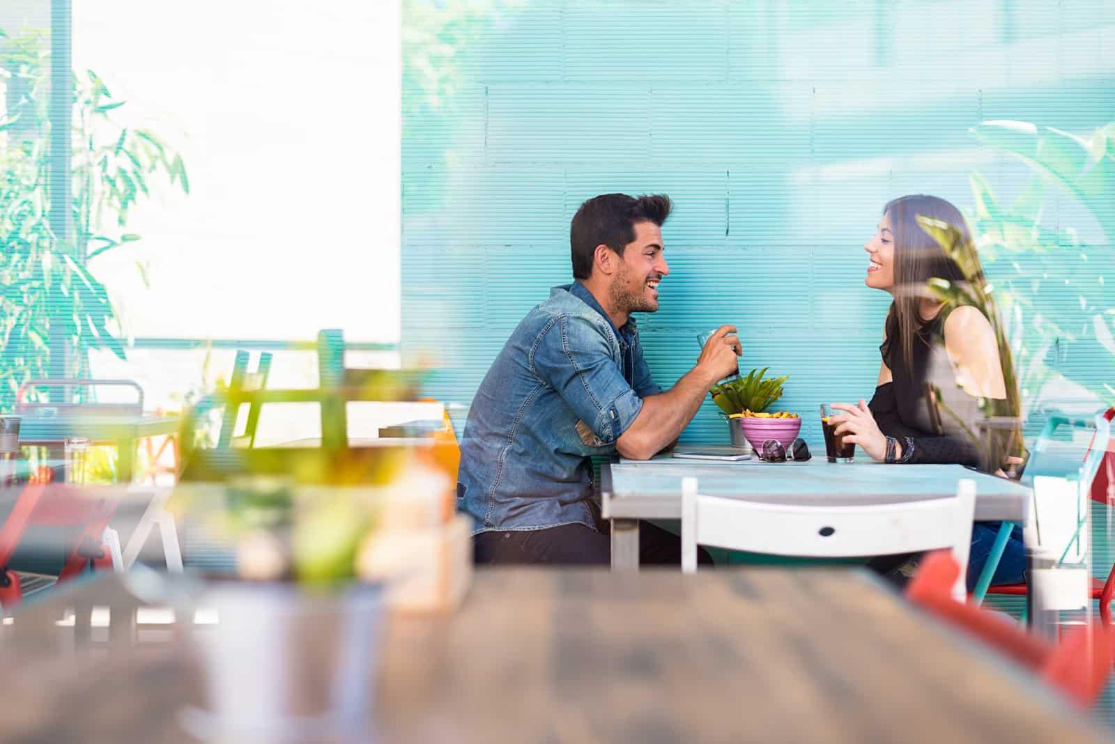jeune couple assis dans un restaurant