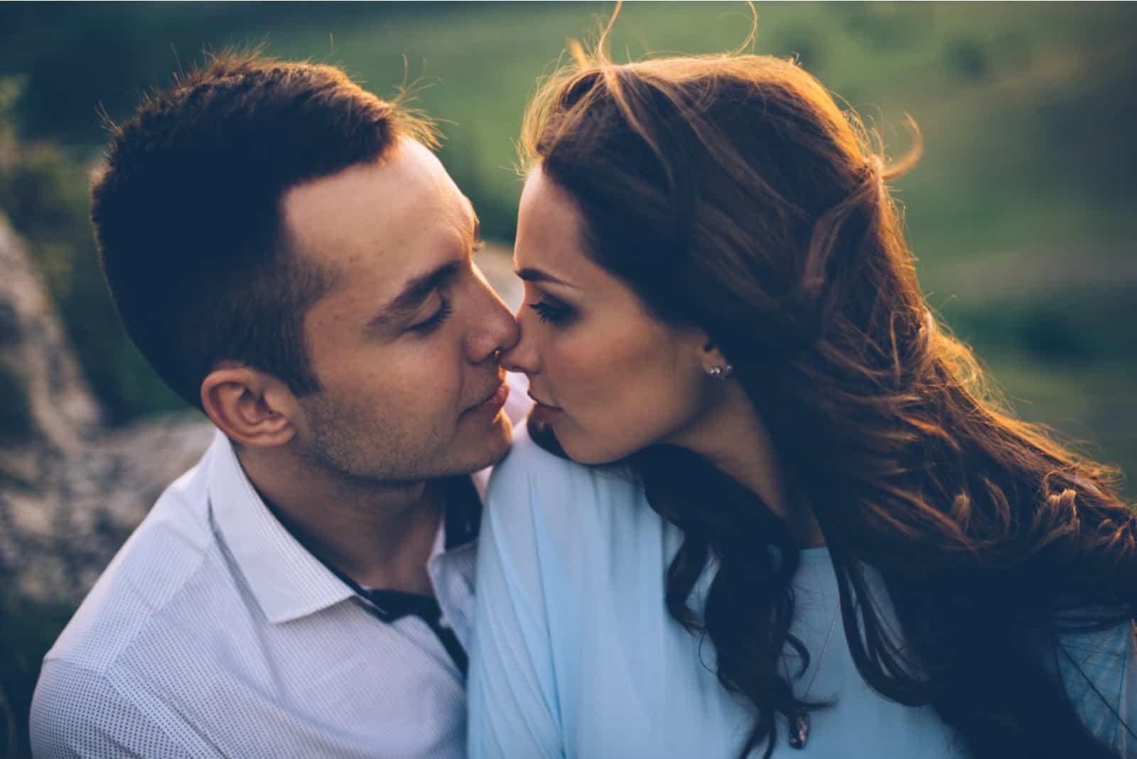jeune couple câlins en plein air