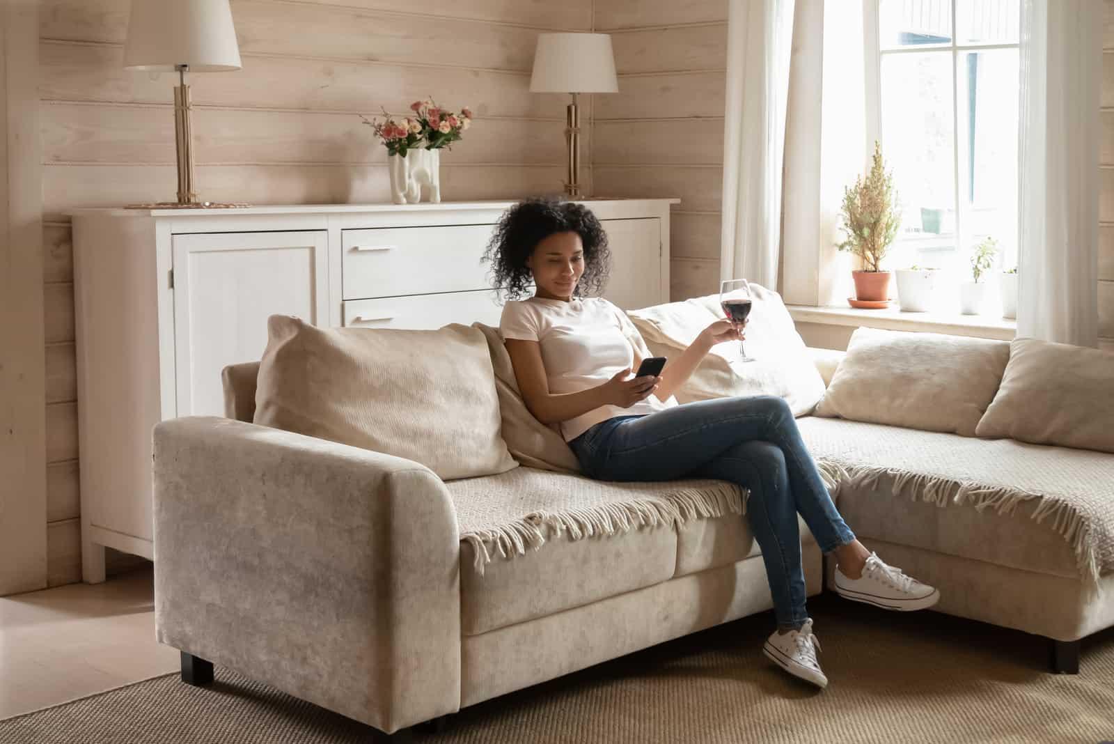 jeune femme s'asseoir se détendre sur un canapé confortable