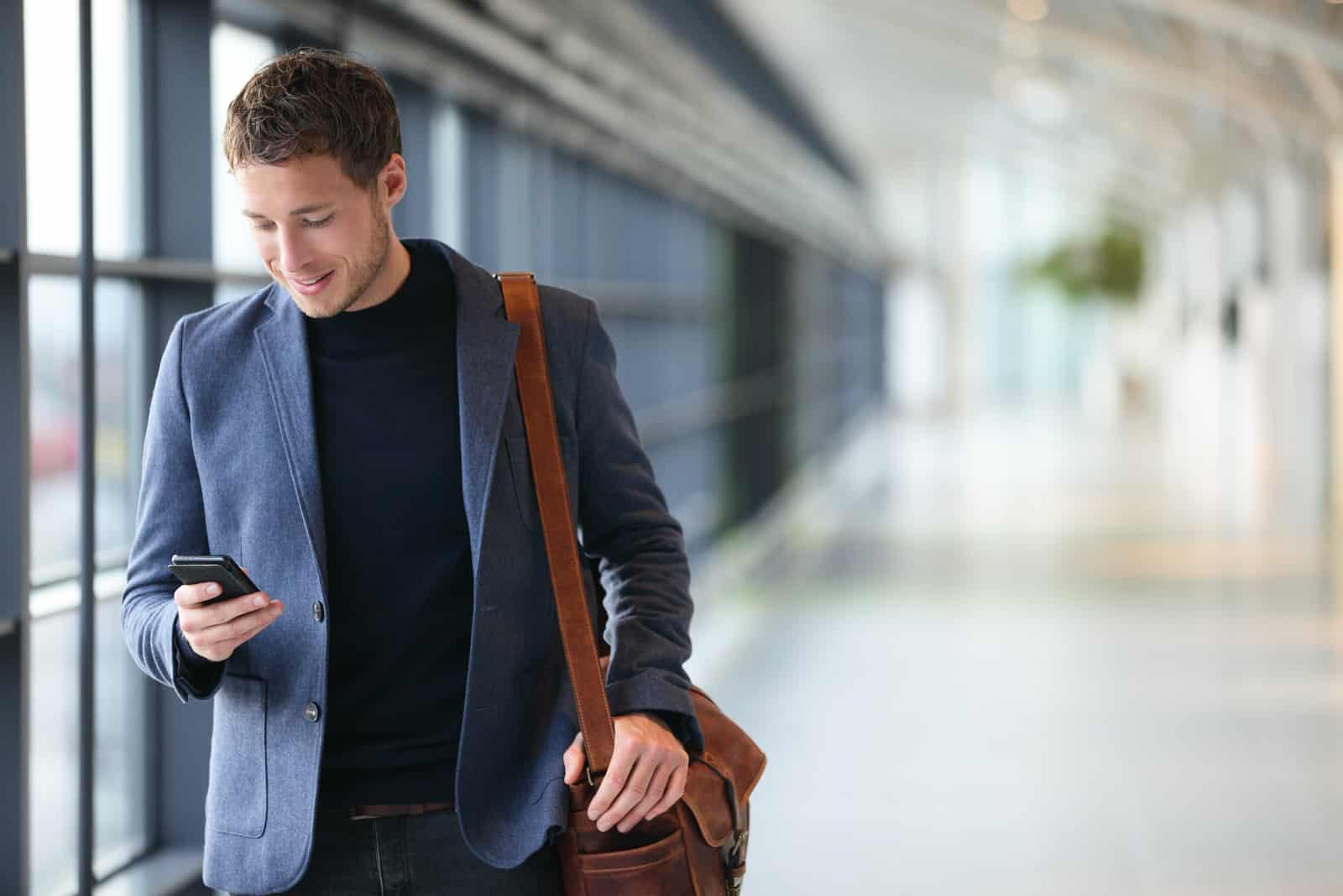 jeune homme d'affaires à l'aéroport