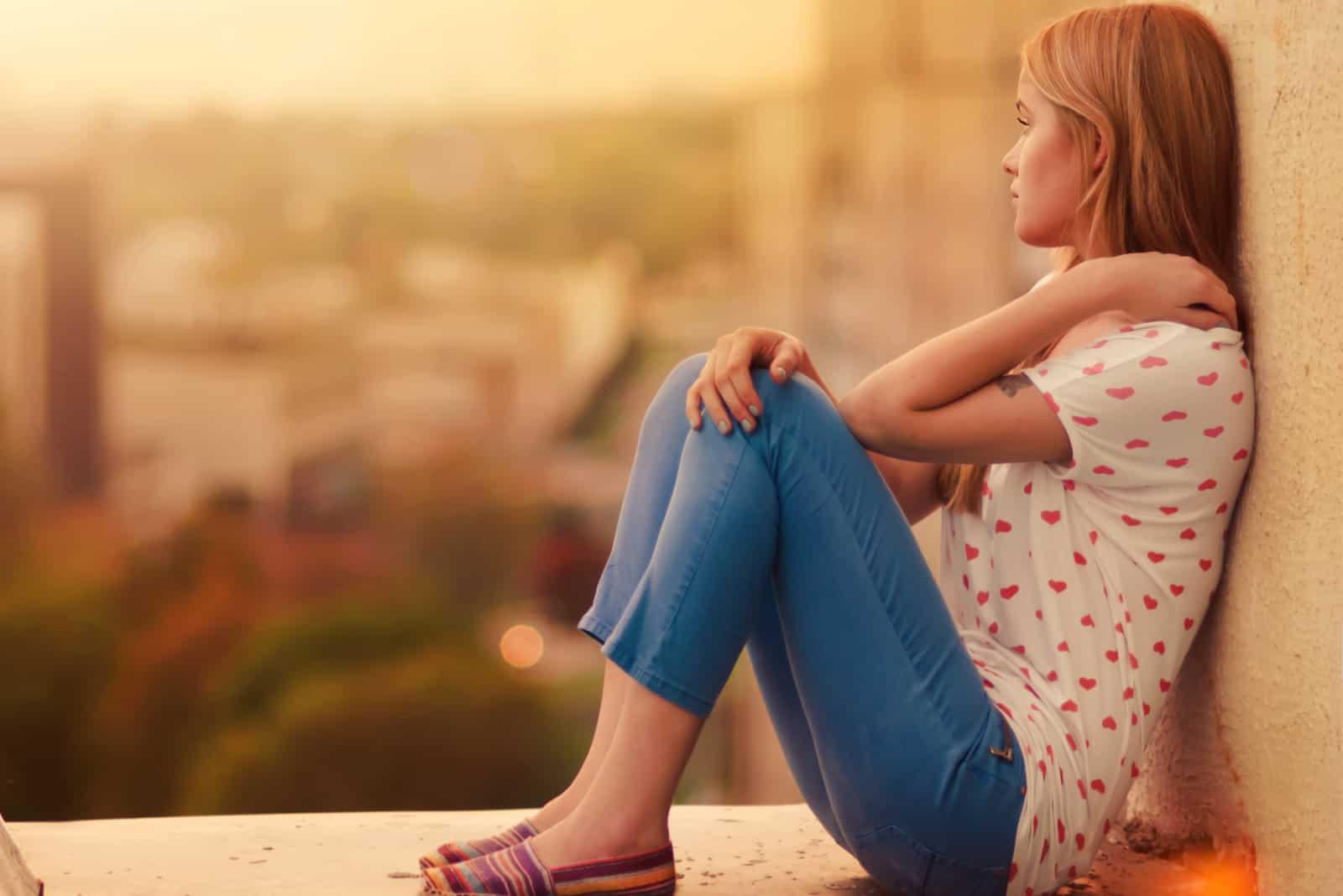 la femme imaginée est assise adossée au mur