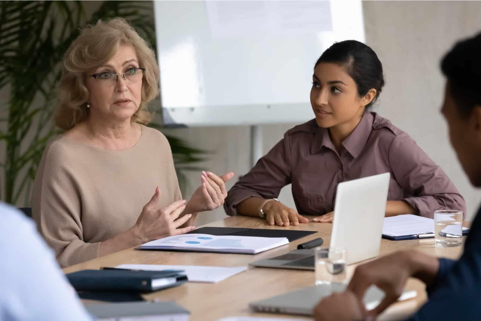 la femme parle à ses employés
