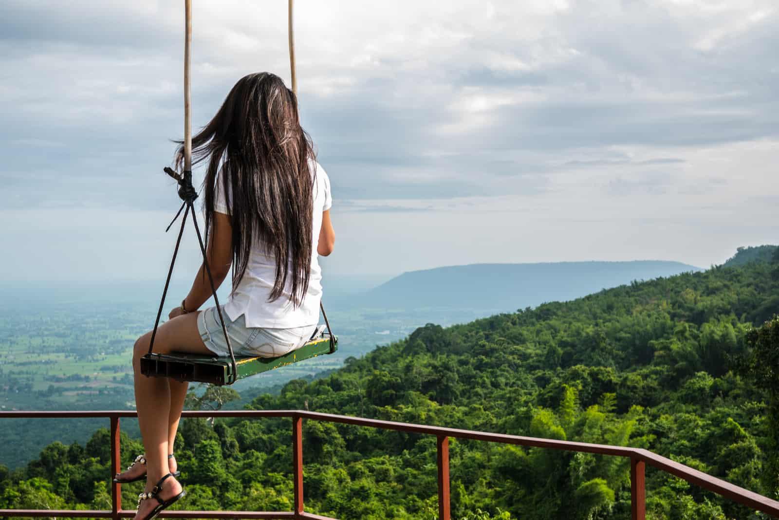 la femme se balance sur une balançoire