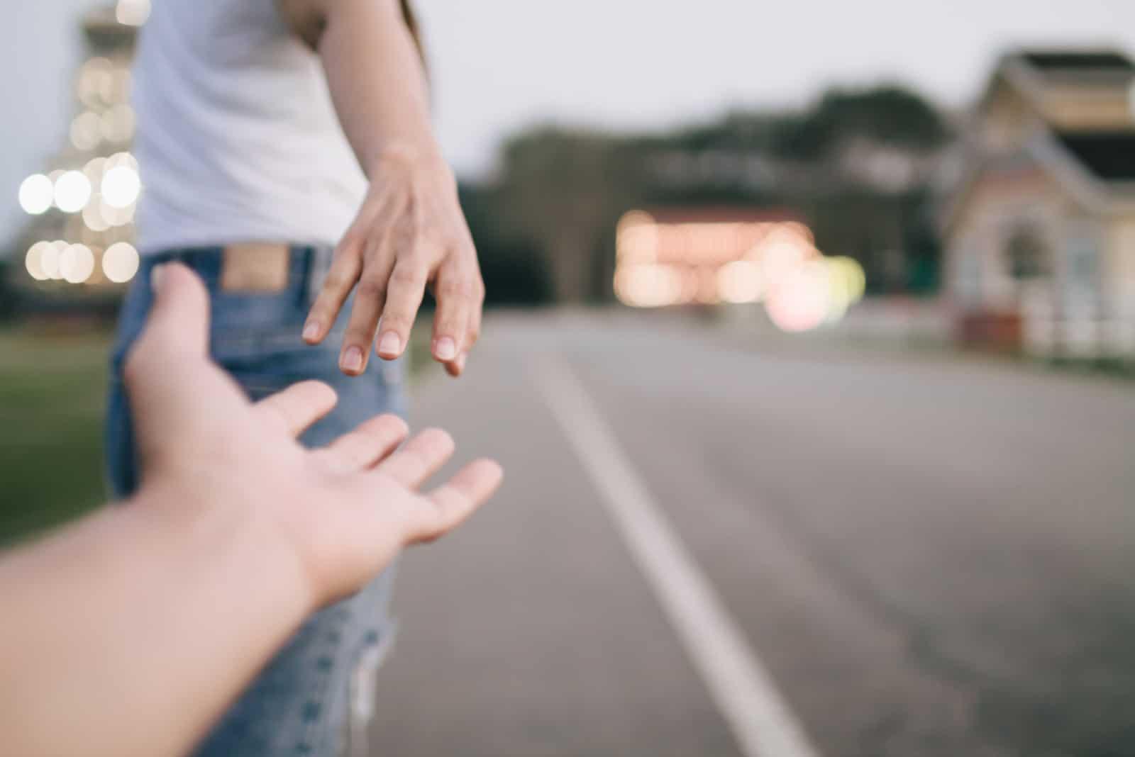 les mains d'un homme et d'une femme