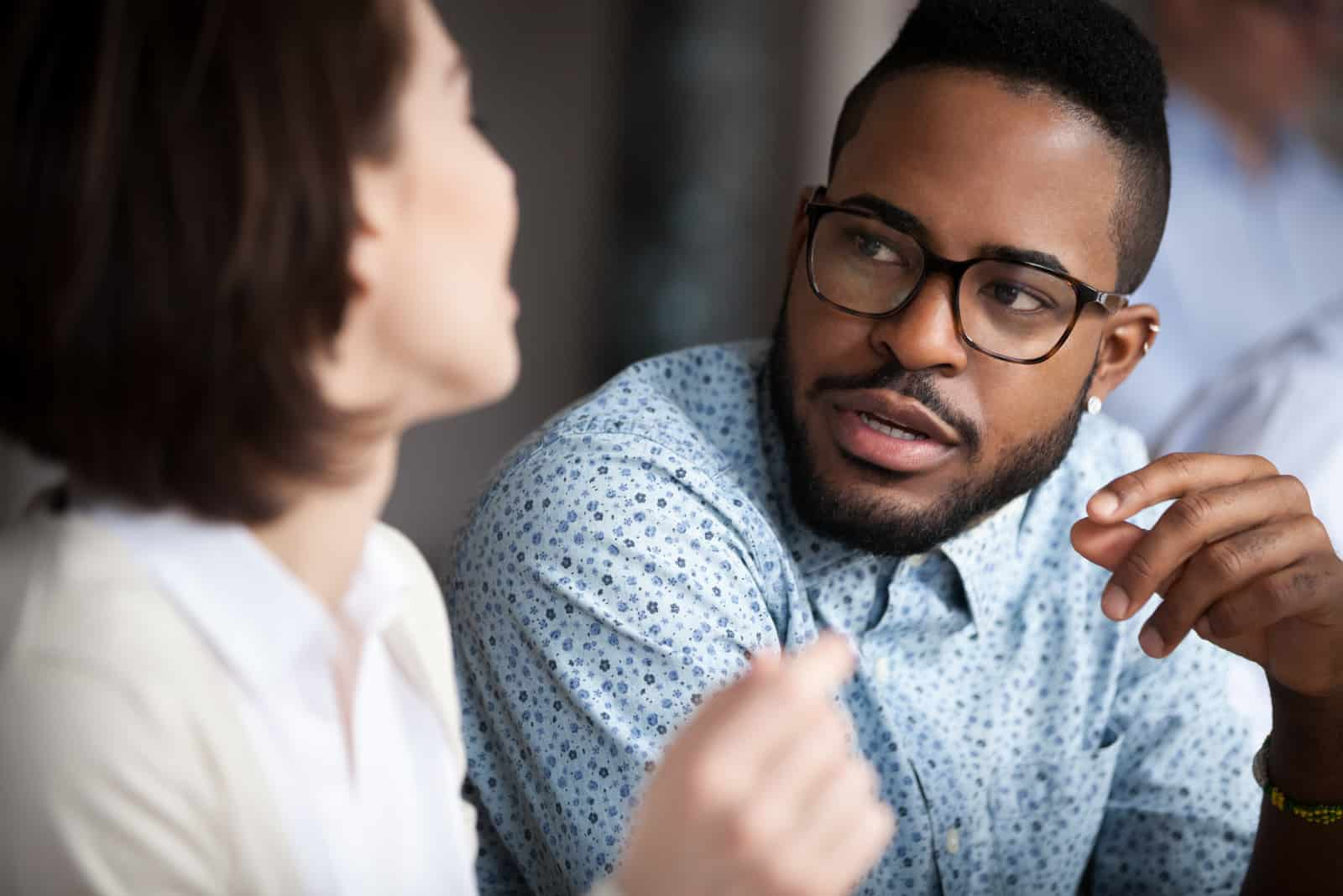 l'homme parle à la femme pendant qu'elle l'écoute