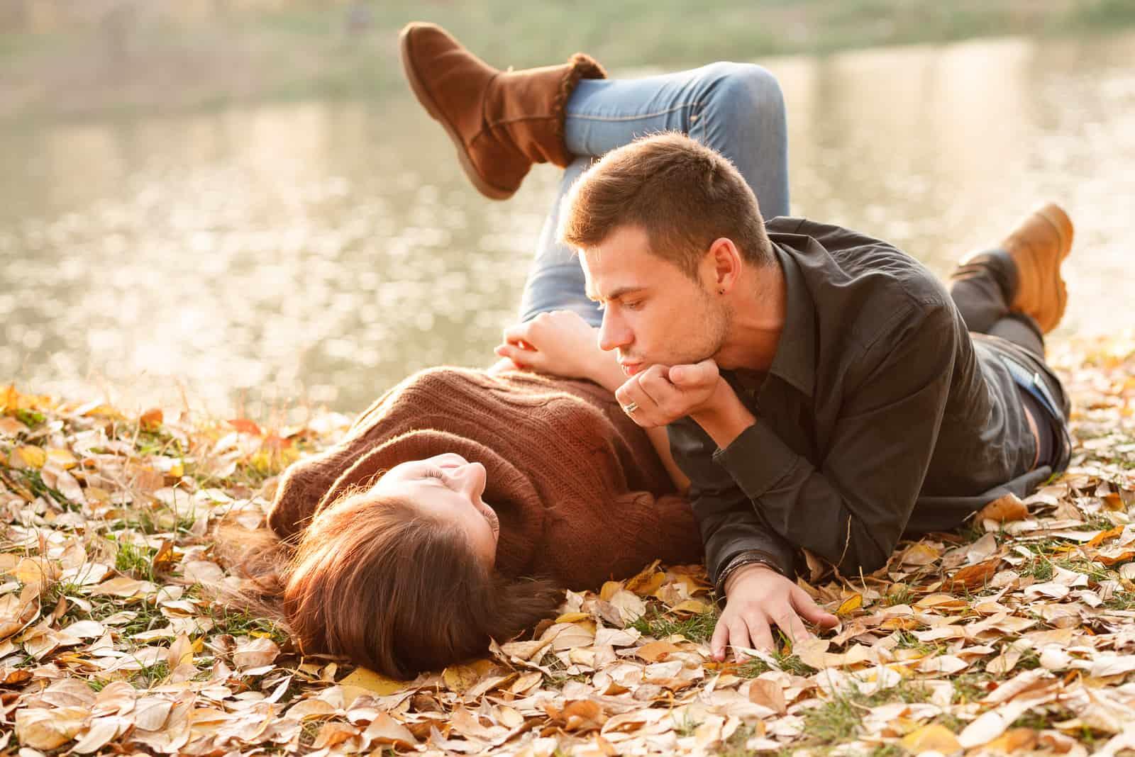 mâle et femelle couché près du lac parler