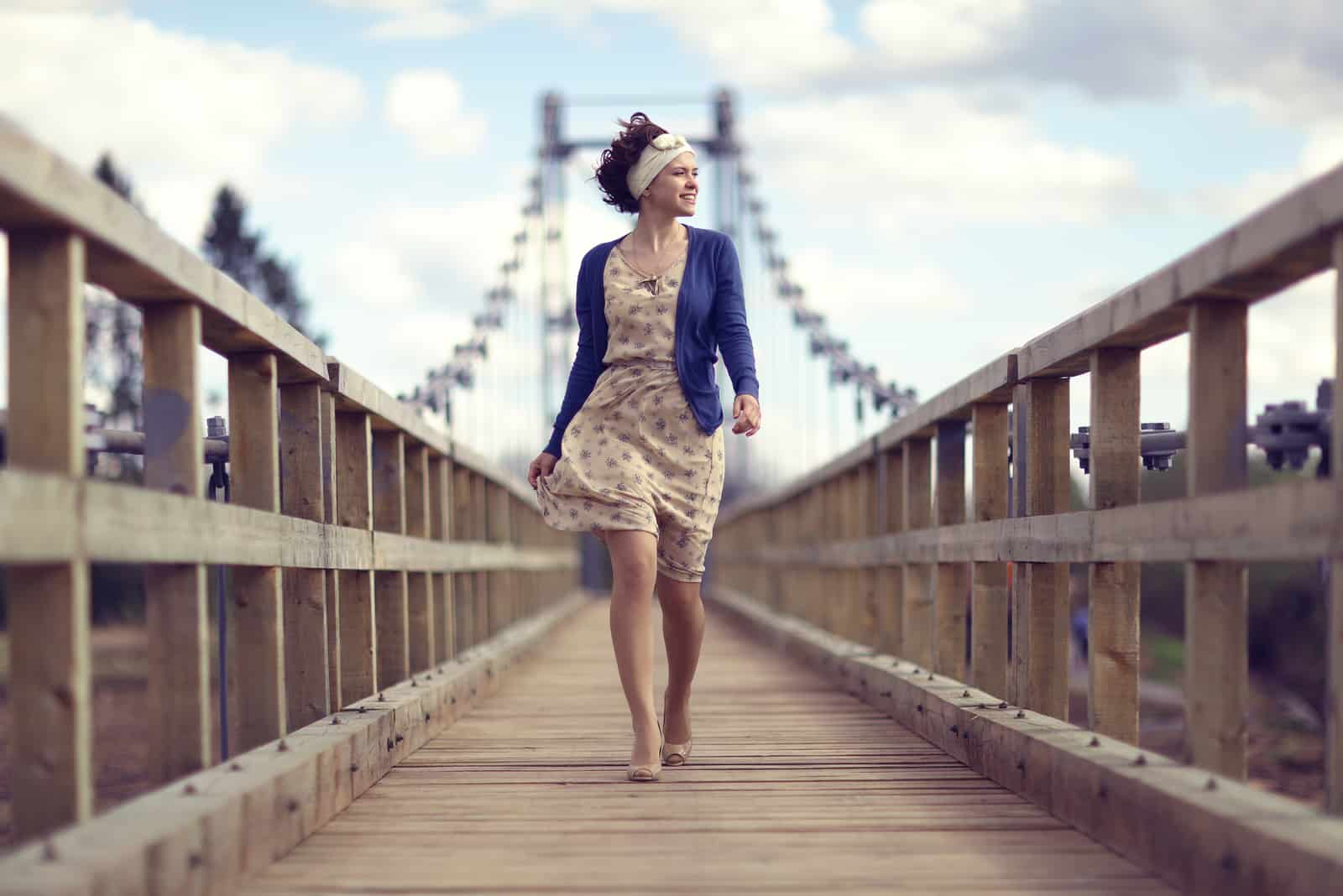 robe fille heureuse passe sur le pont