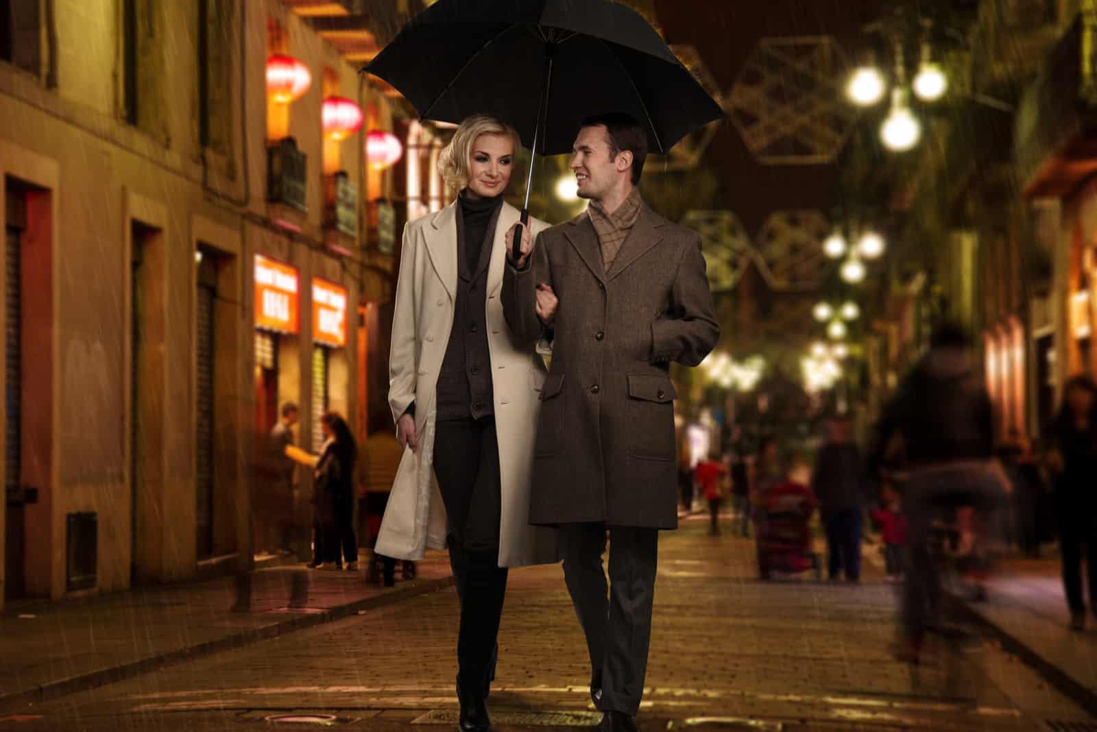 un couple amoureux s'installe dans la rue