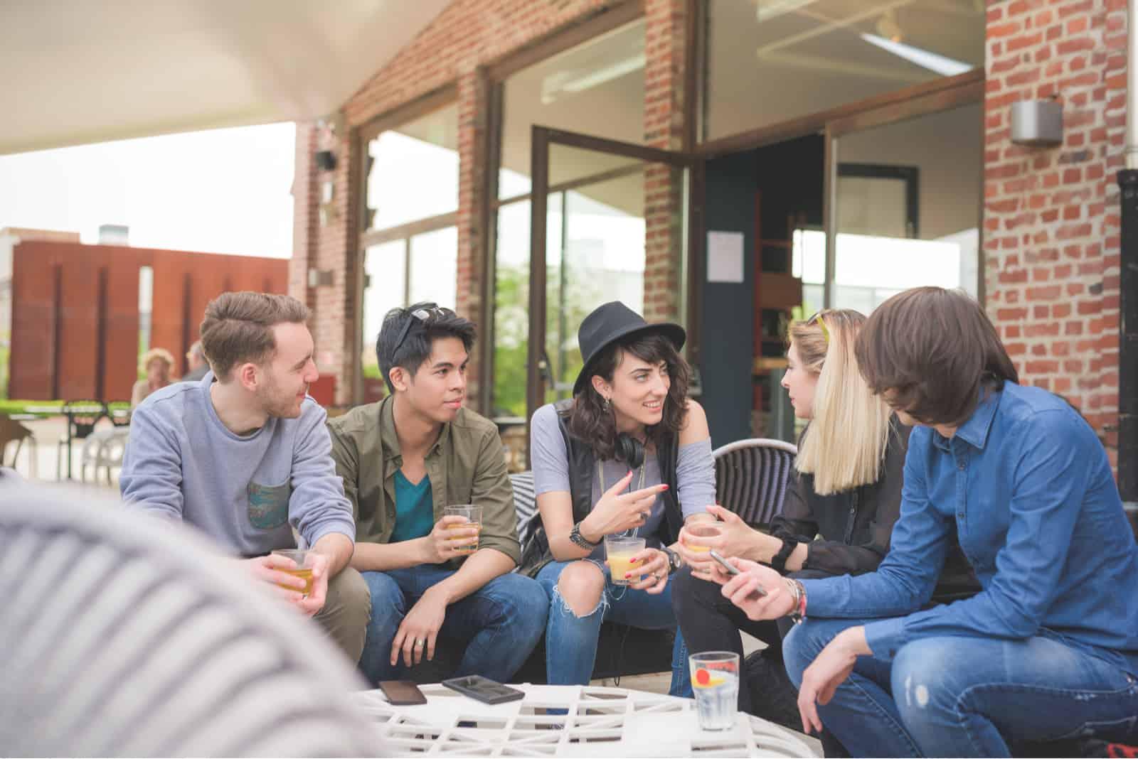 un groupe d'amis assis à une table dans un café