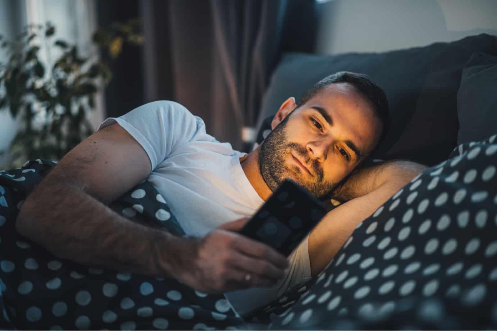 un homme est couché avec un veau