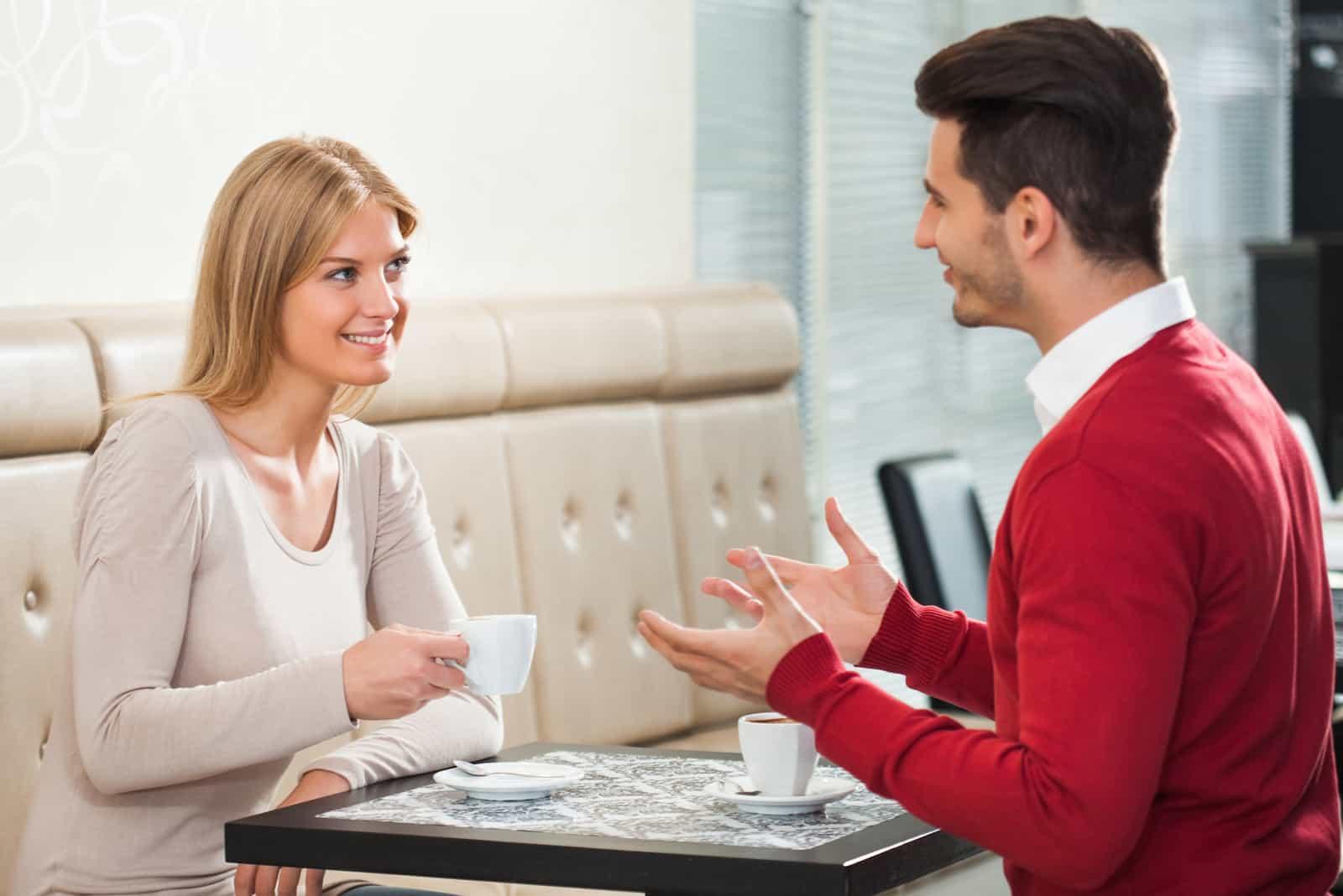 un homme et une femme parlent assis face à face