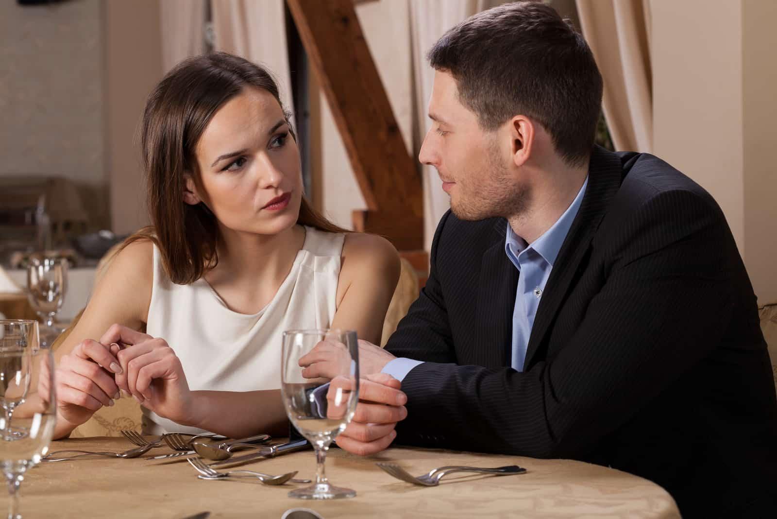 un homme et une femme parlent dans un restaurant