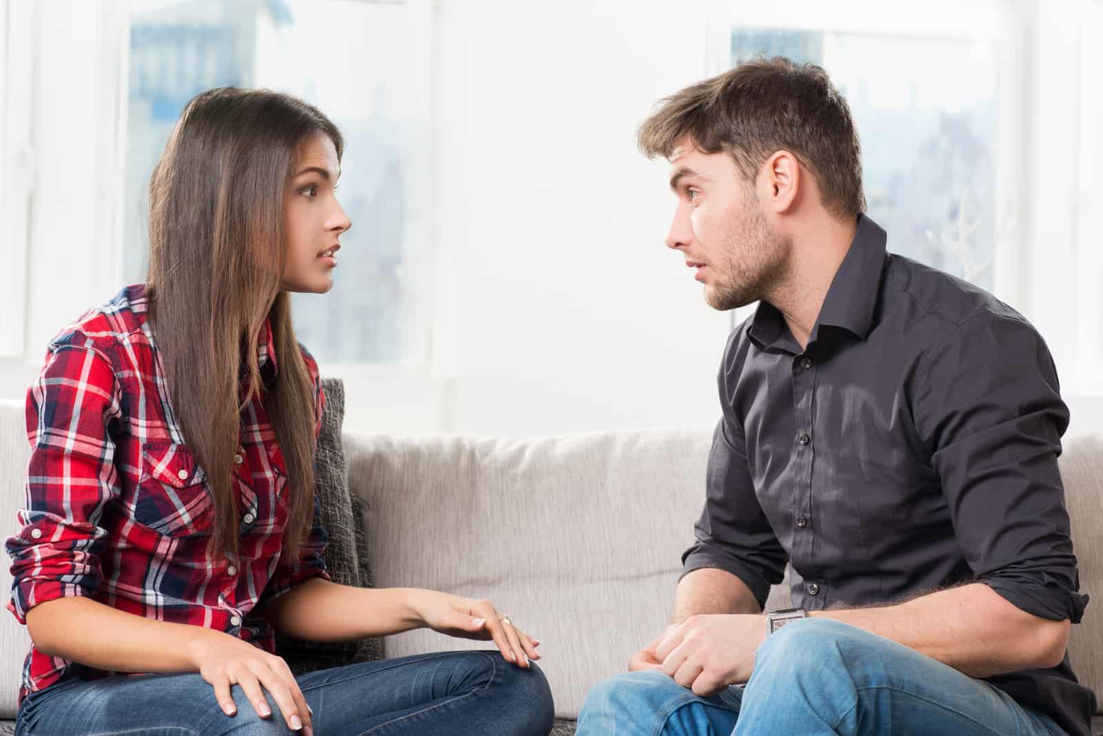 un homme et une femme se disputent dans la maison