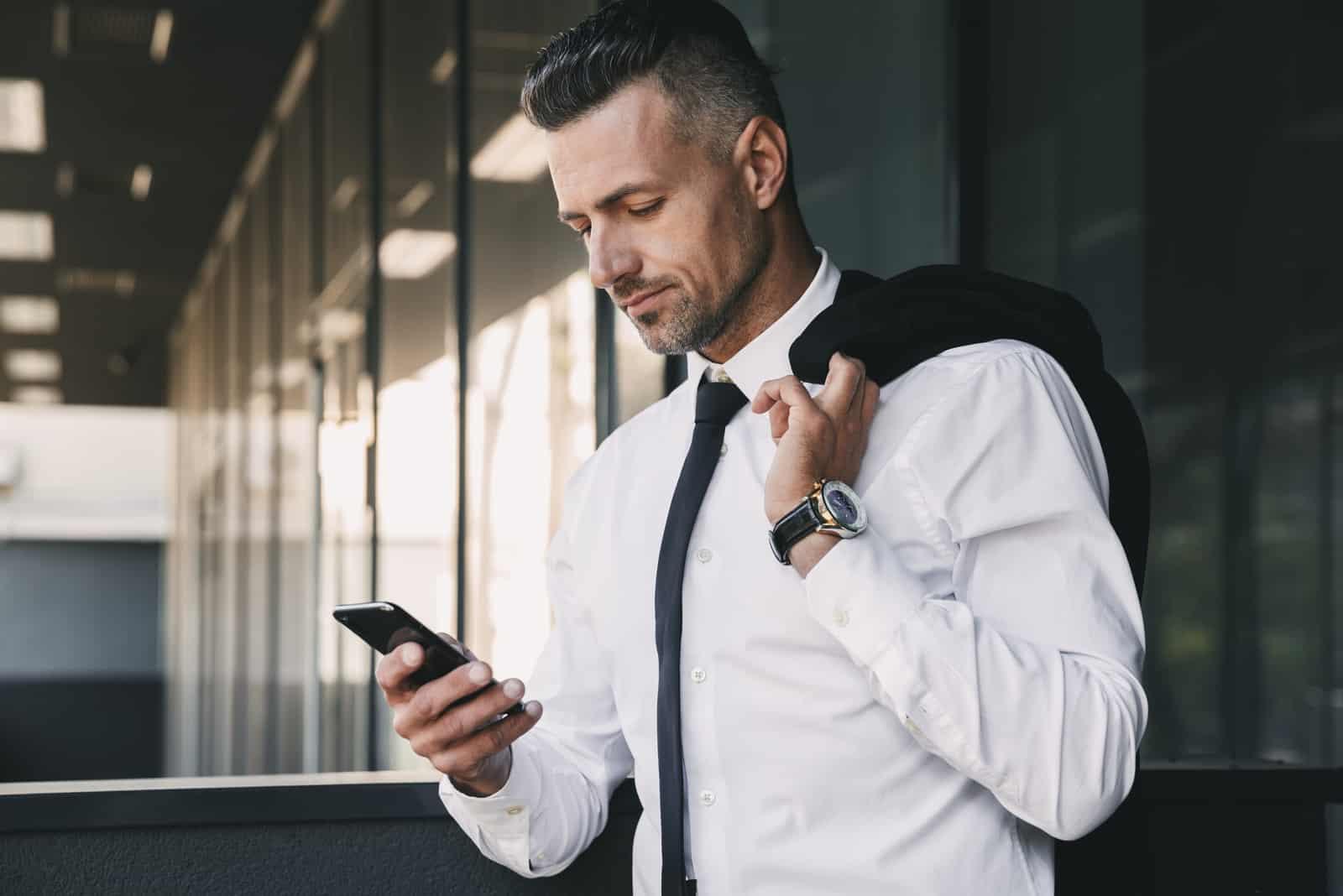 un homme imaginaire dans le département se dresse et un bouton sur le téléphone