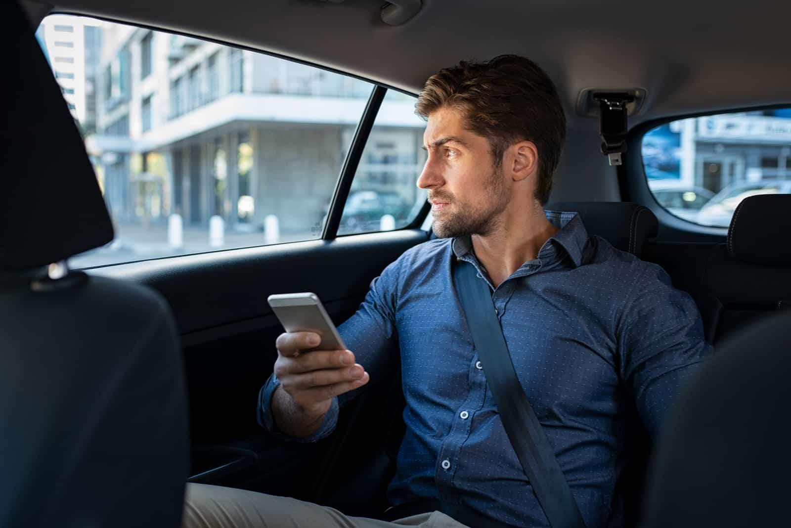 un homme imaginaire monte dans une voiture et des boutons sur le téléphone