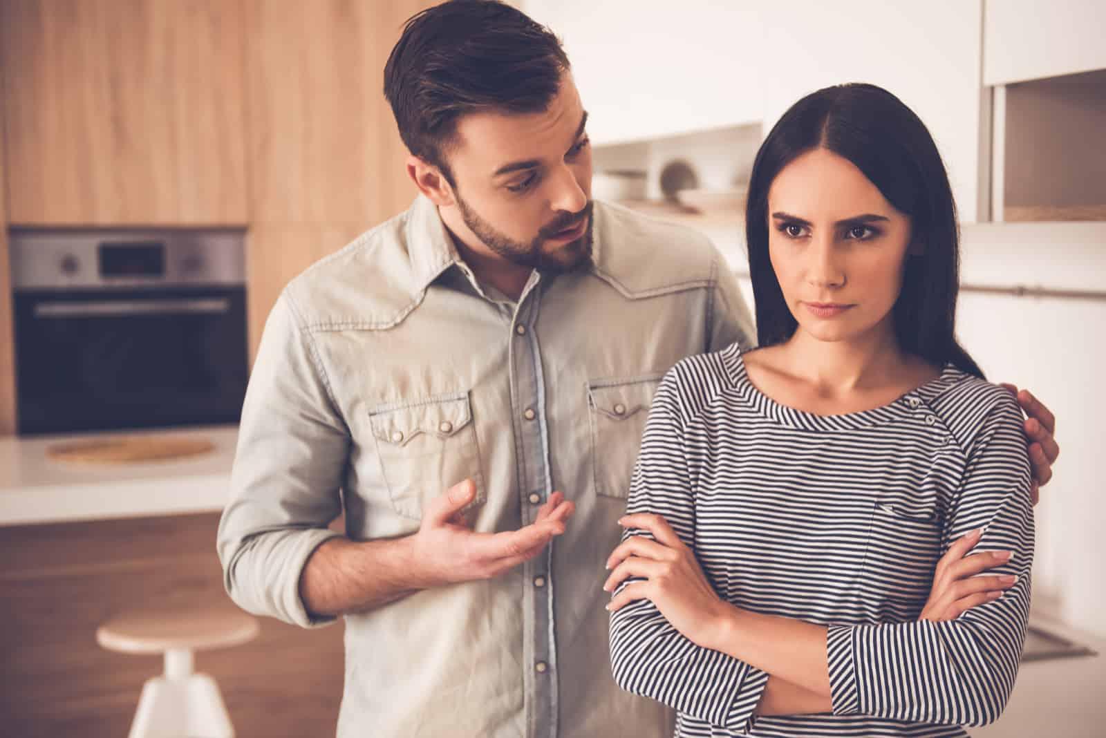 un homme se dispute avec une femme