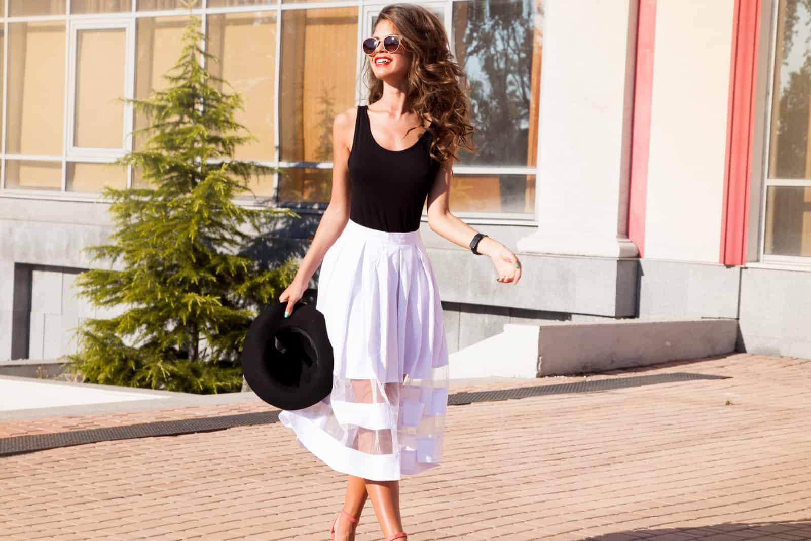une belle femme marche dans la rue