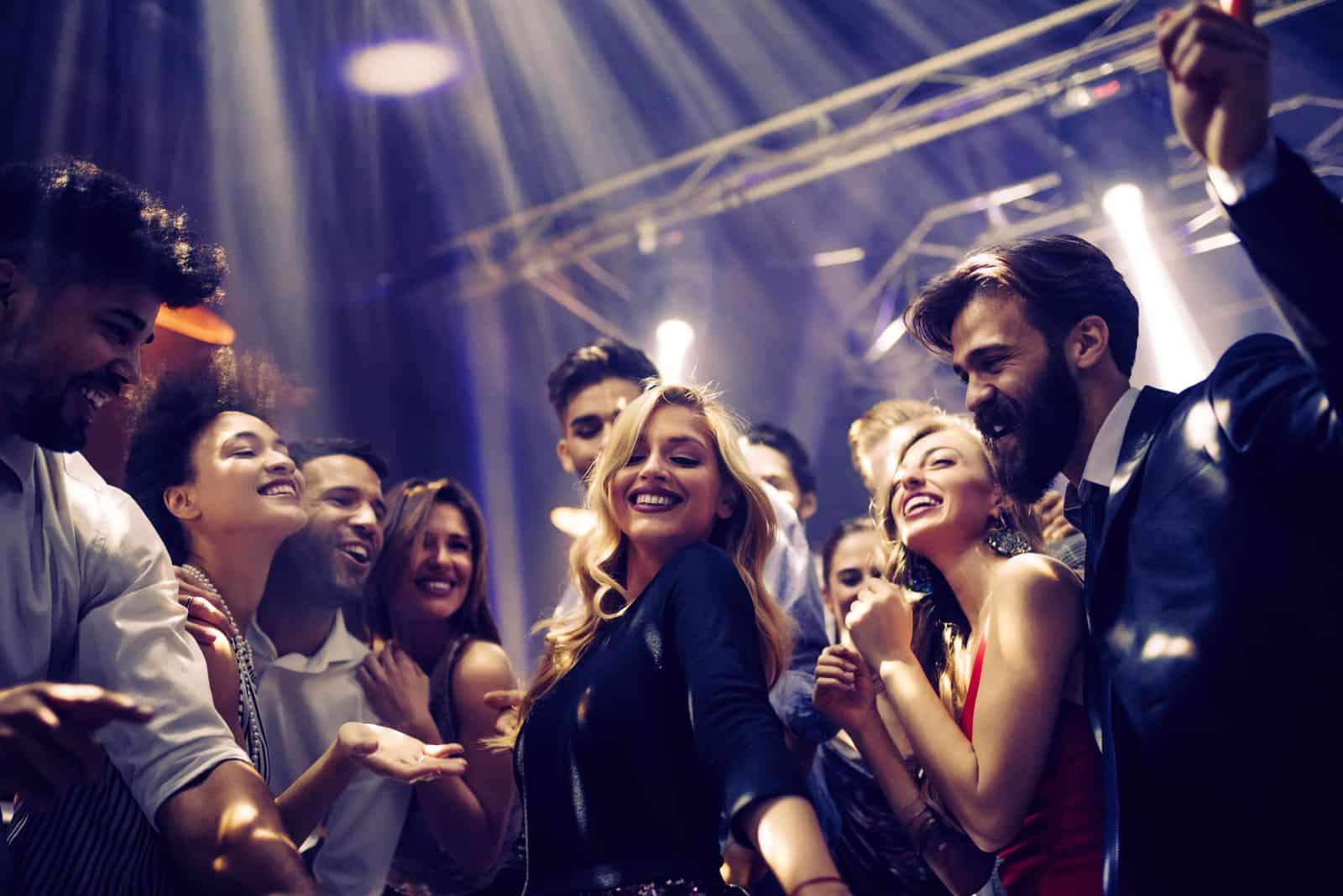 une femme avec des amis lors d'une fête