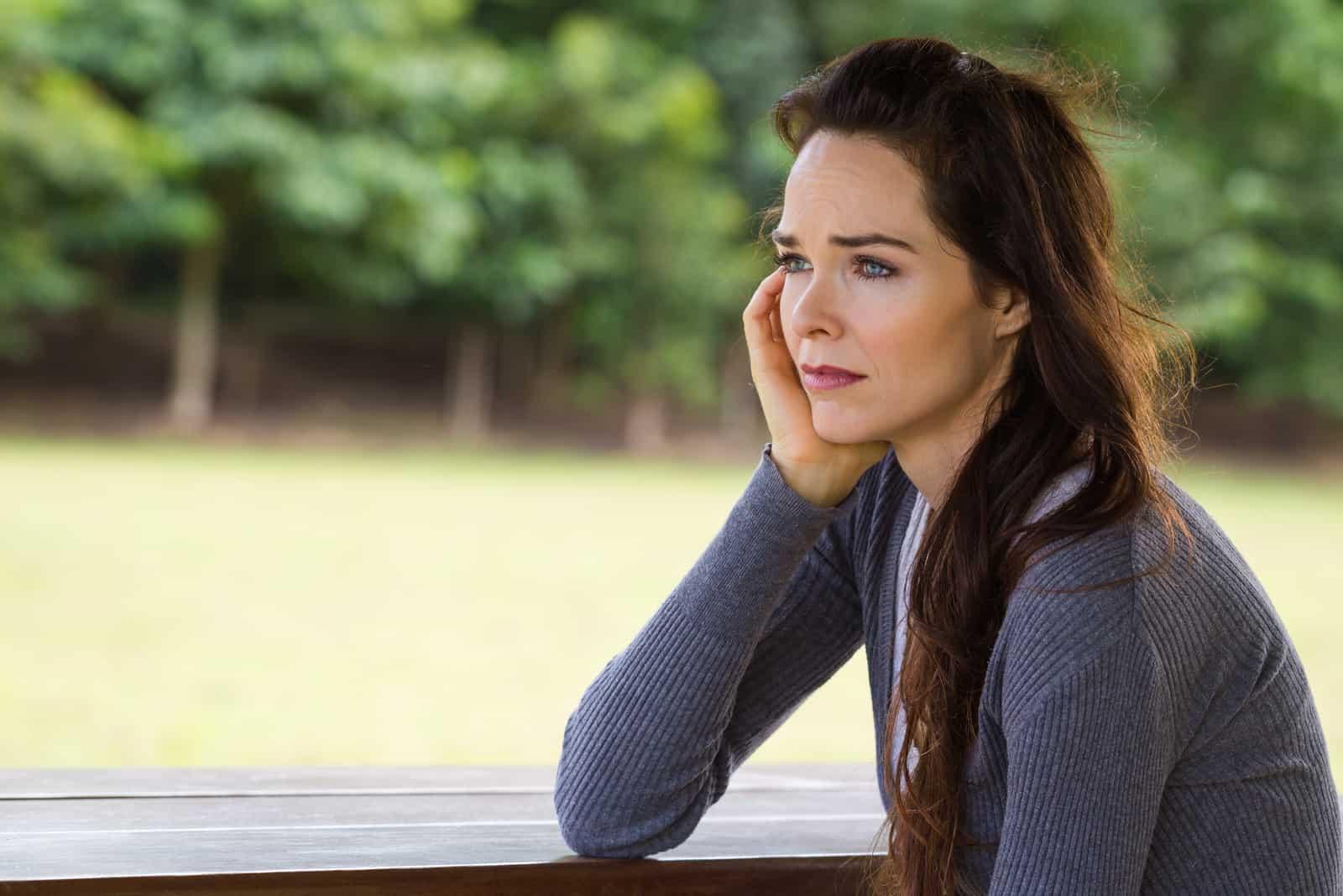 une femme imaginaire assise sur un banc