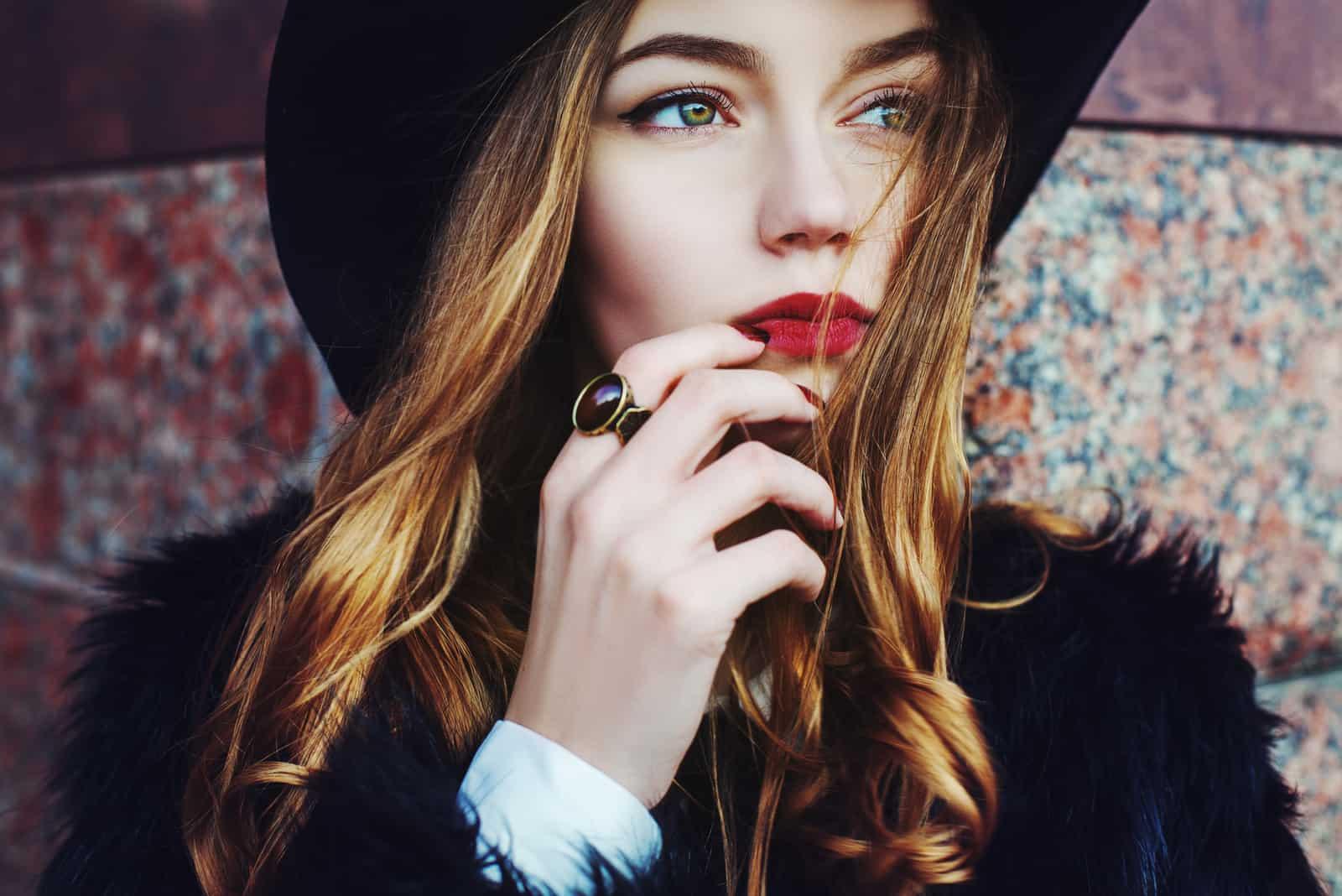 une femme imaginaire avec un chapeau noir sur la tête