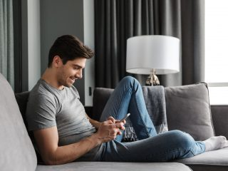 heureux, homme, utilisation, smartphone, quoique, séance canapé
