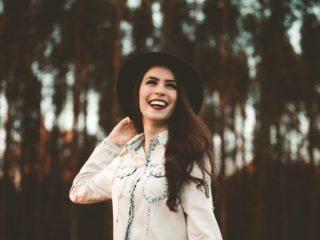 femme, à, chapeau noir, debout, dans, forêt