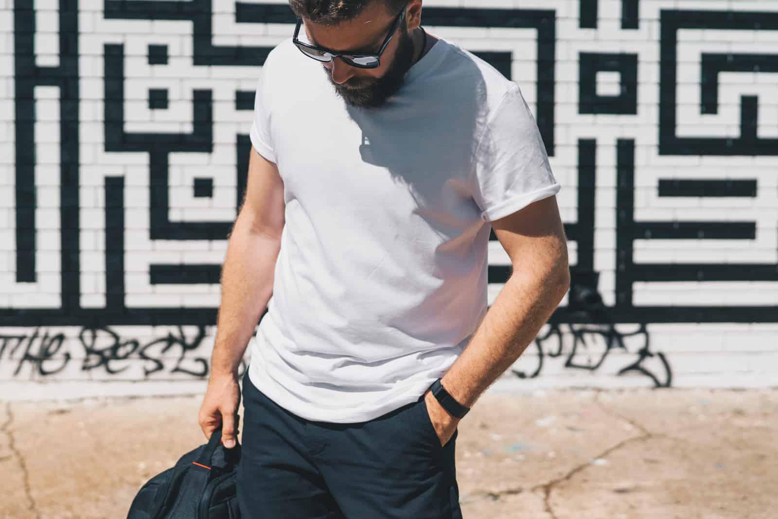 Homme barbu du millénaire vêtu d'un t-shirt blanc