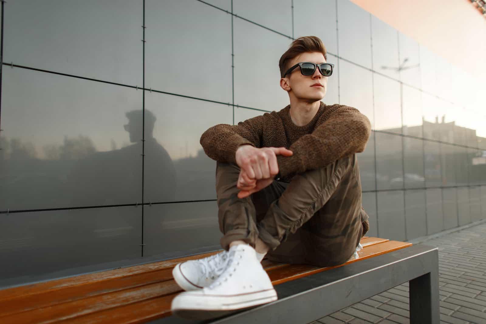 Homme beau hipster à la mode