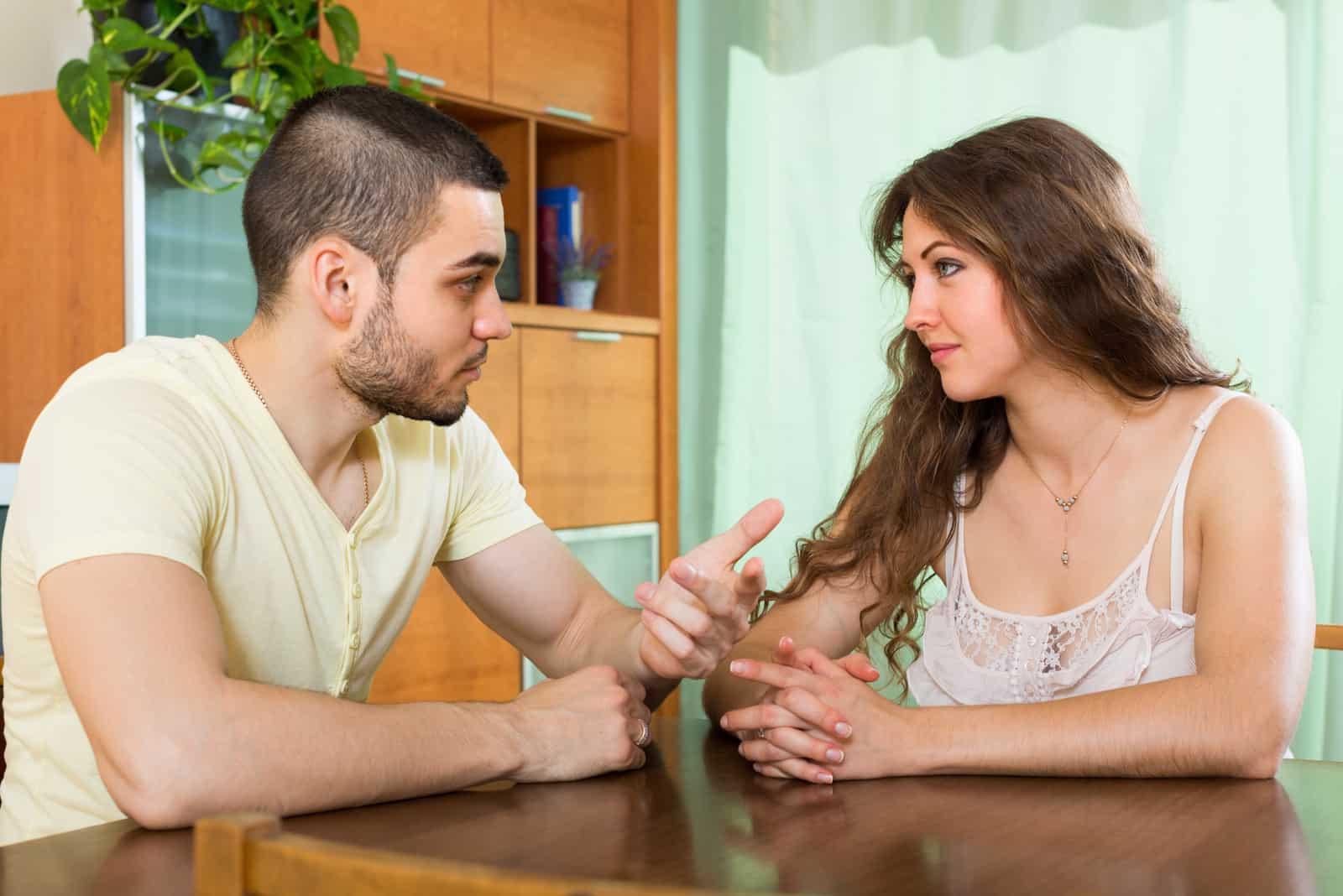 Jeune couple marié, parler