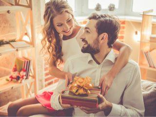 un homme félicite une femme pour son anniversaire