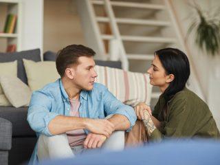 jeune couple se parlant sincèrement