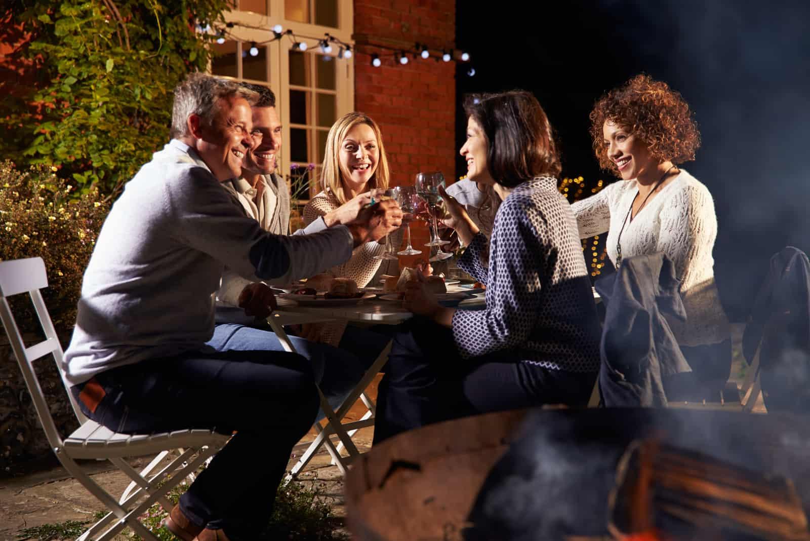 amis assis pour dîner