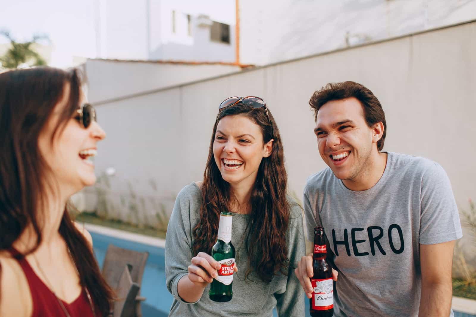 des amis heureux buvant dans le jardin