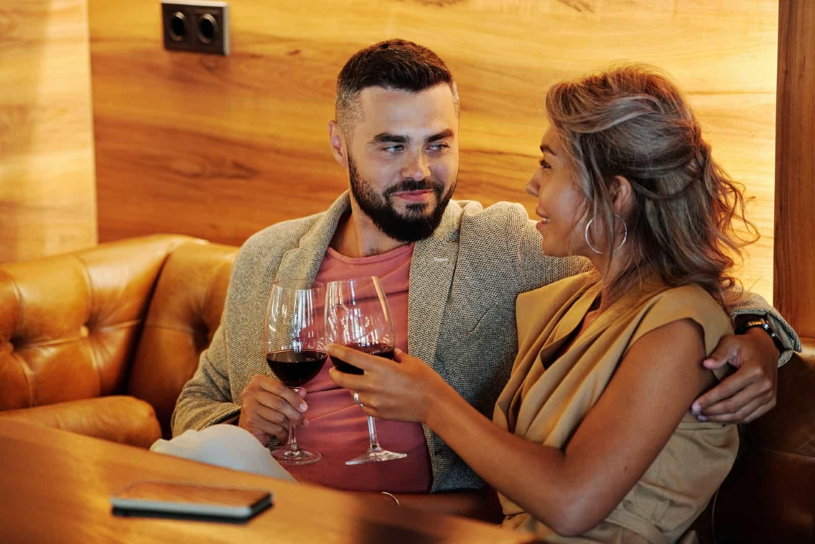 homme et femme buvant du vin au restaurant