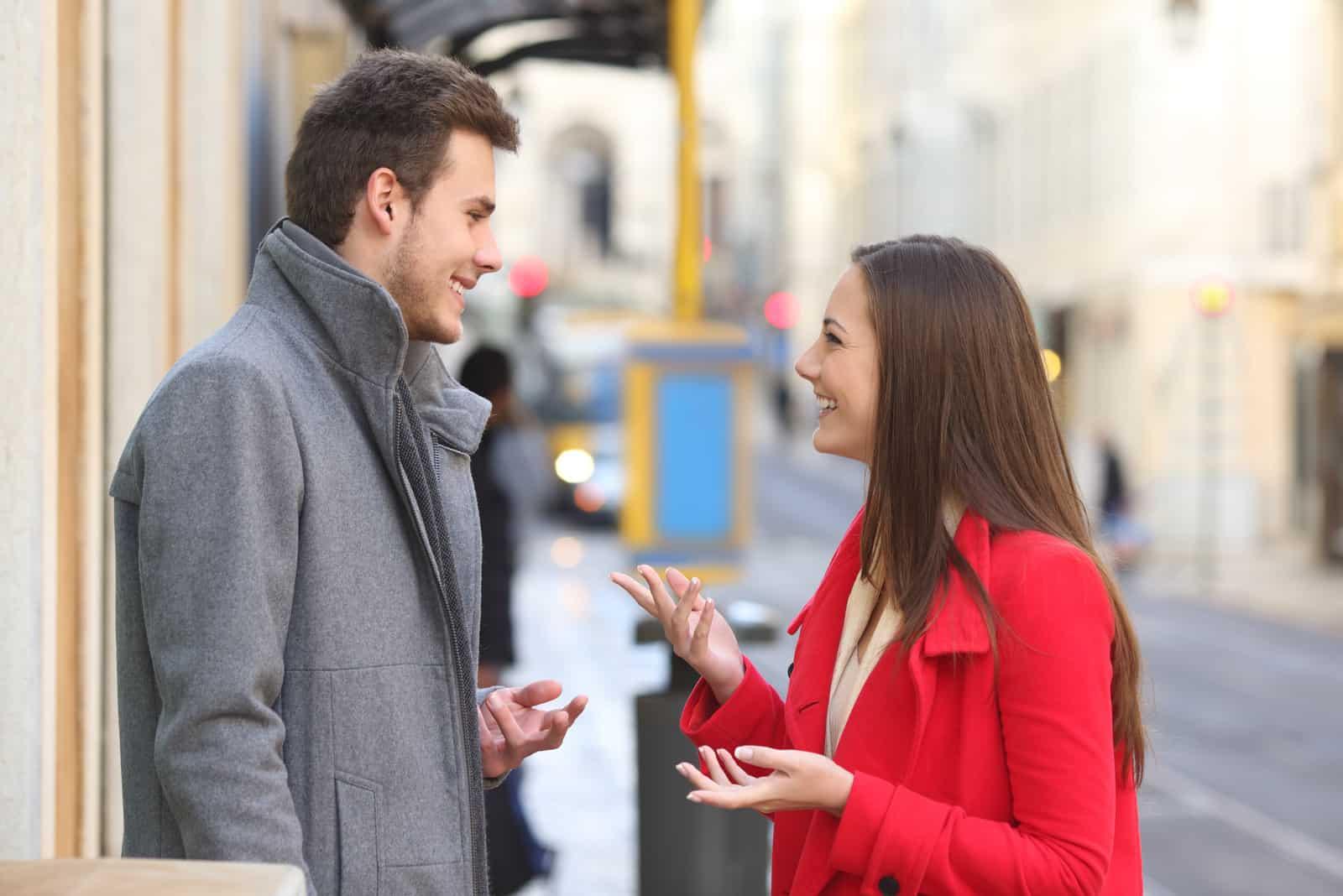 homme et femme discutant dans la rue