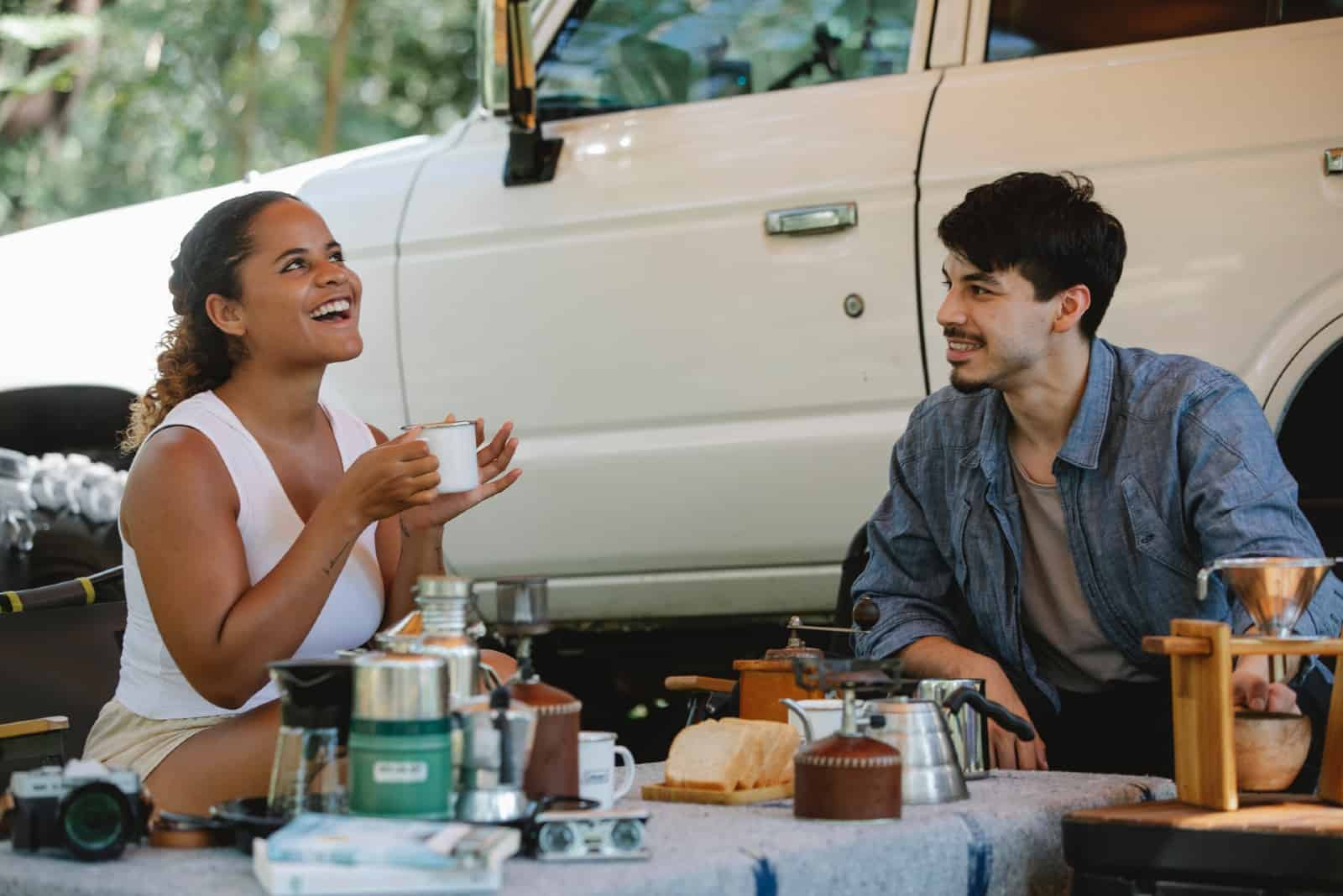 couple en train de déjeuner pendant un pique-nique dans la nature
