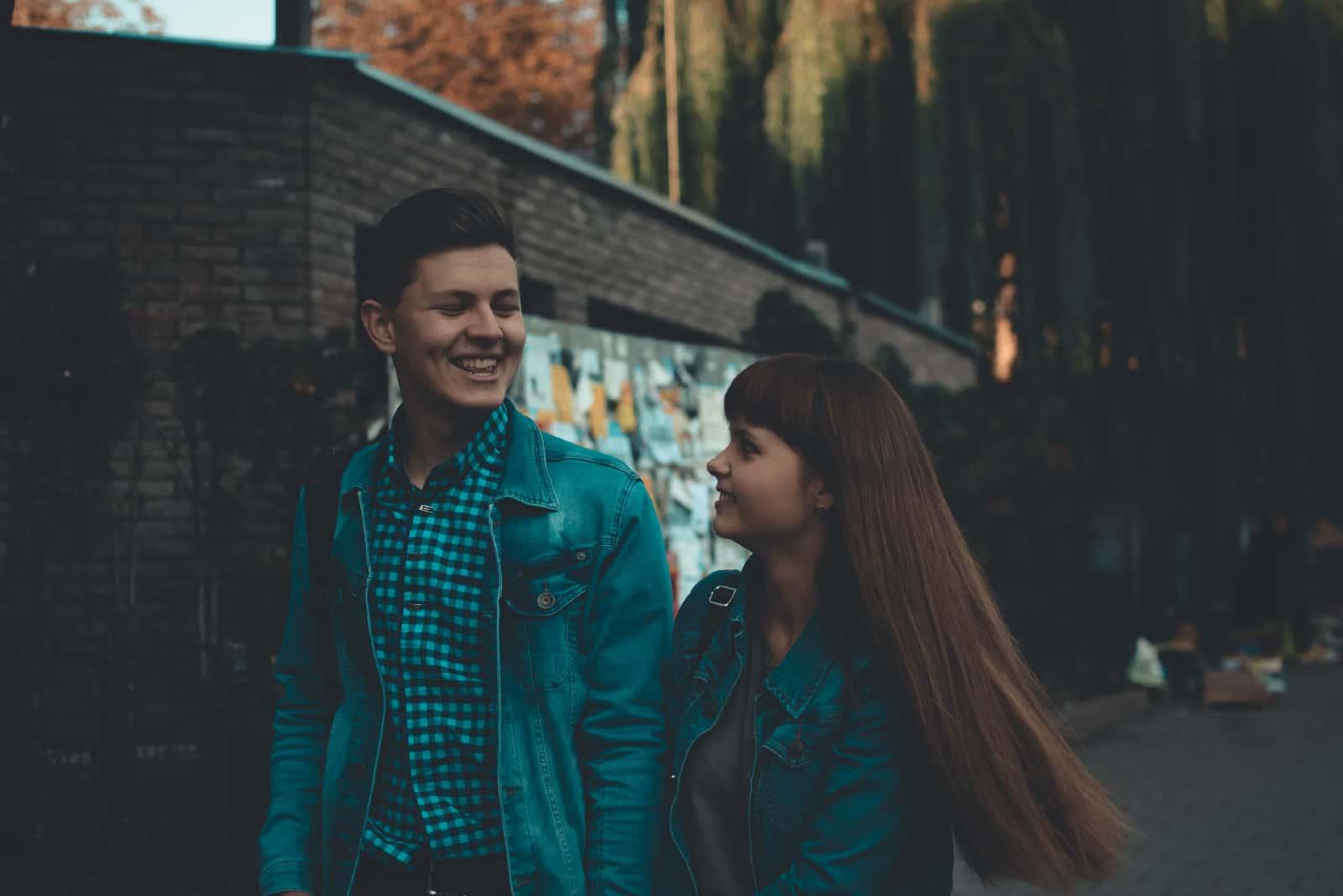 homme et femme tenant par la main en marchant dans la rue
