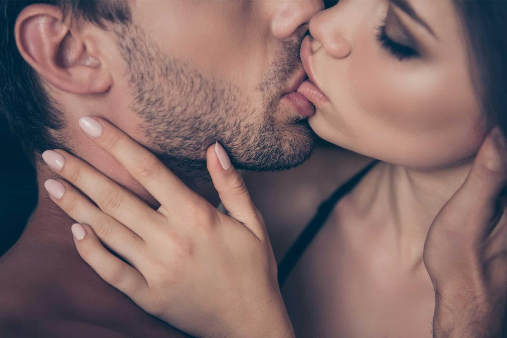 homme et femme s'embrassant passionnément