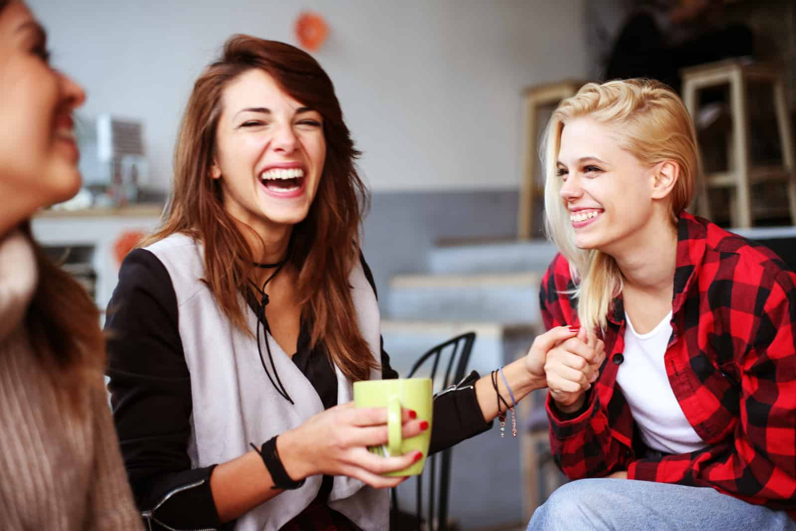 des amies souriantes