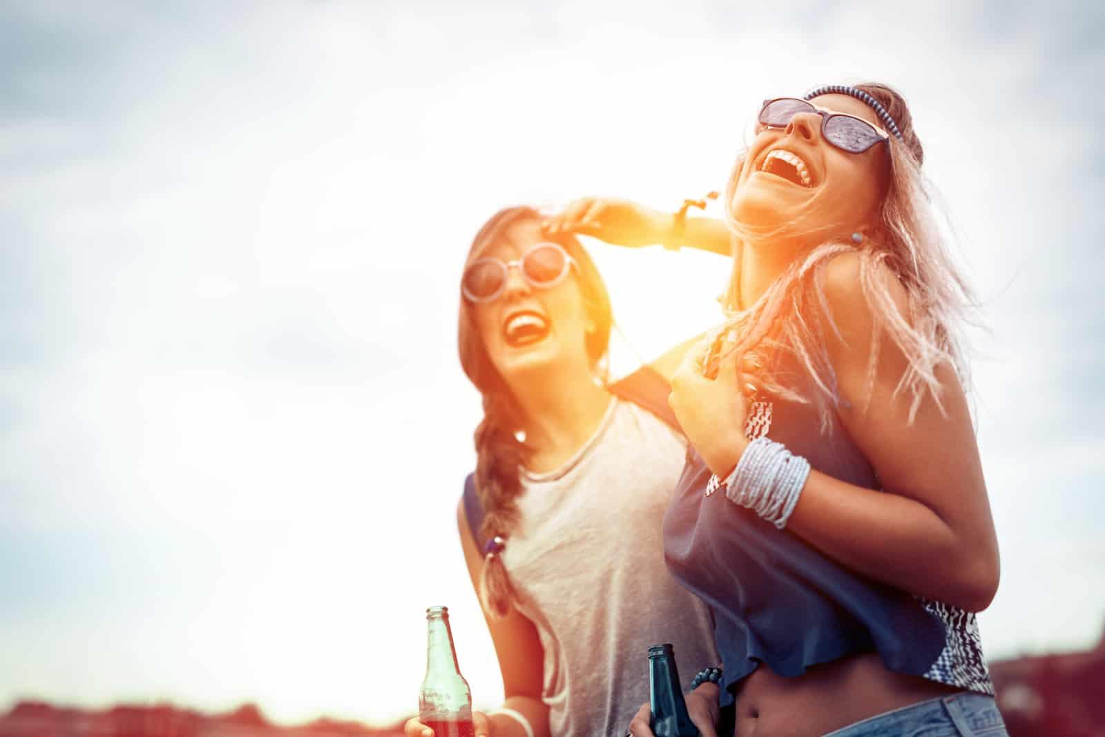 des amis souriants apprécient le concert