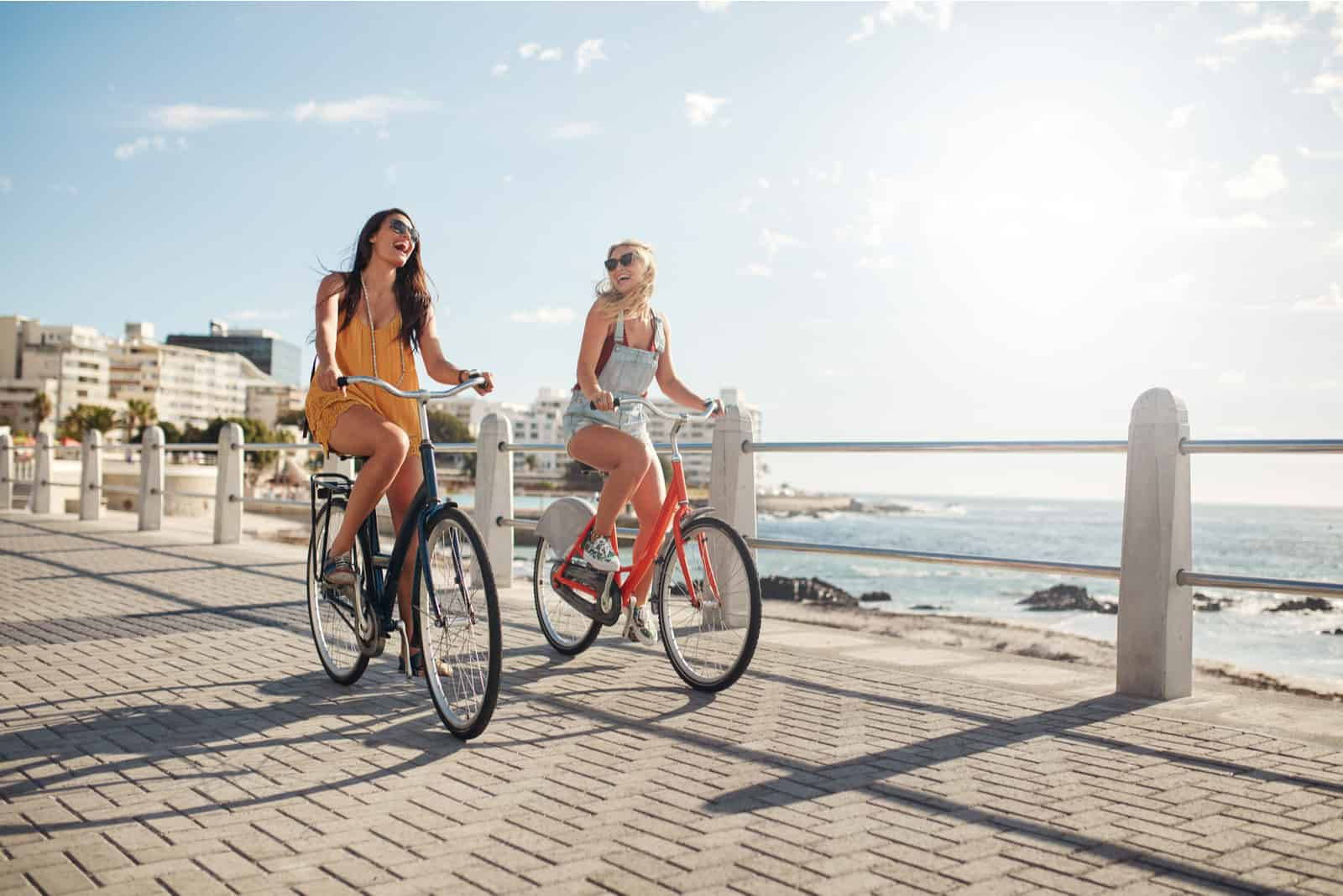 deux amis font du vélo