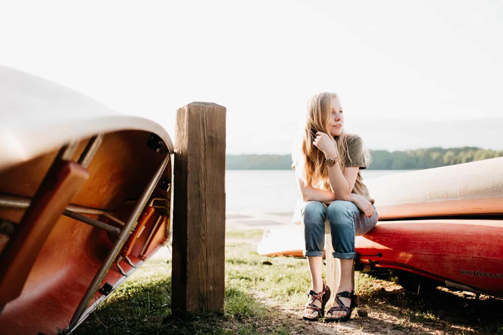 femme assise sur un bateau