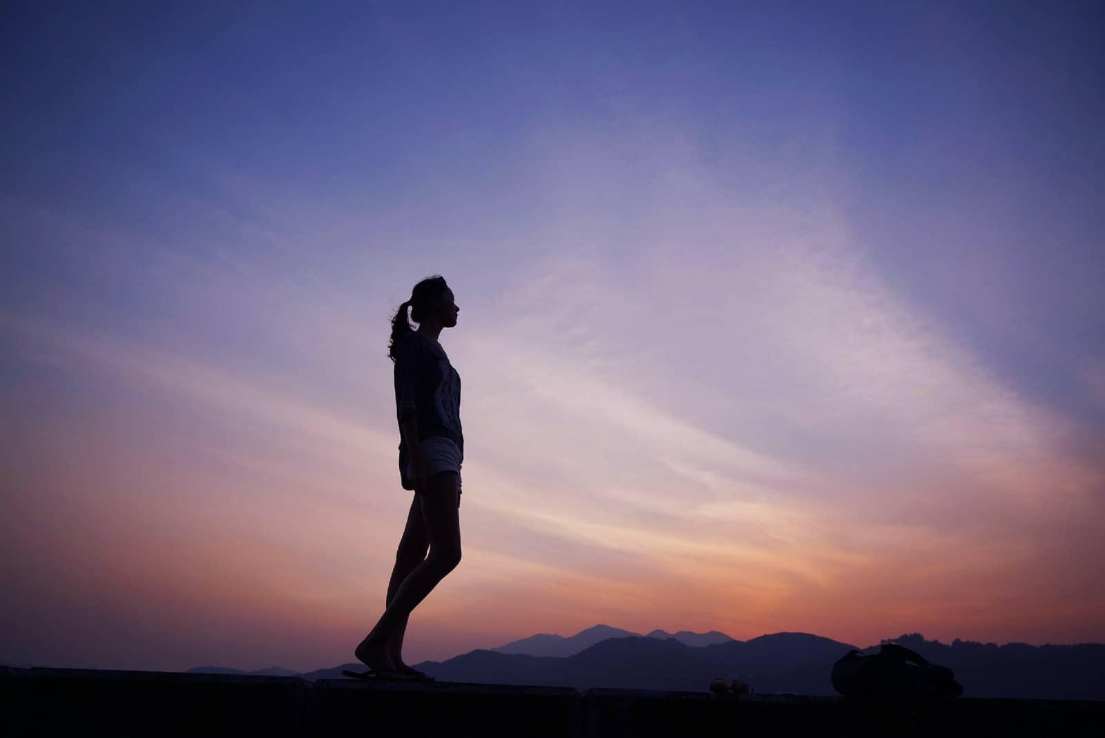 femme debout en plein air pendant le coucher du soleil