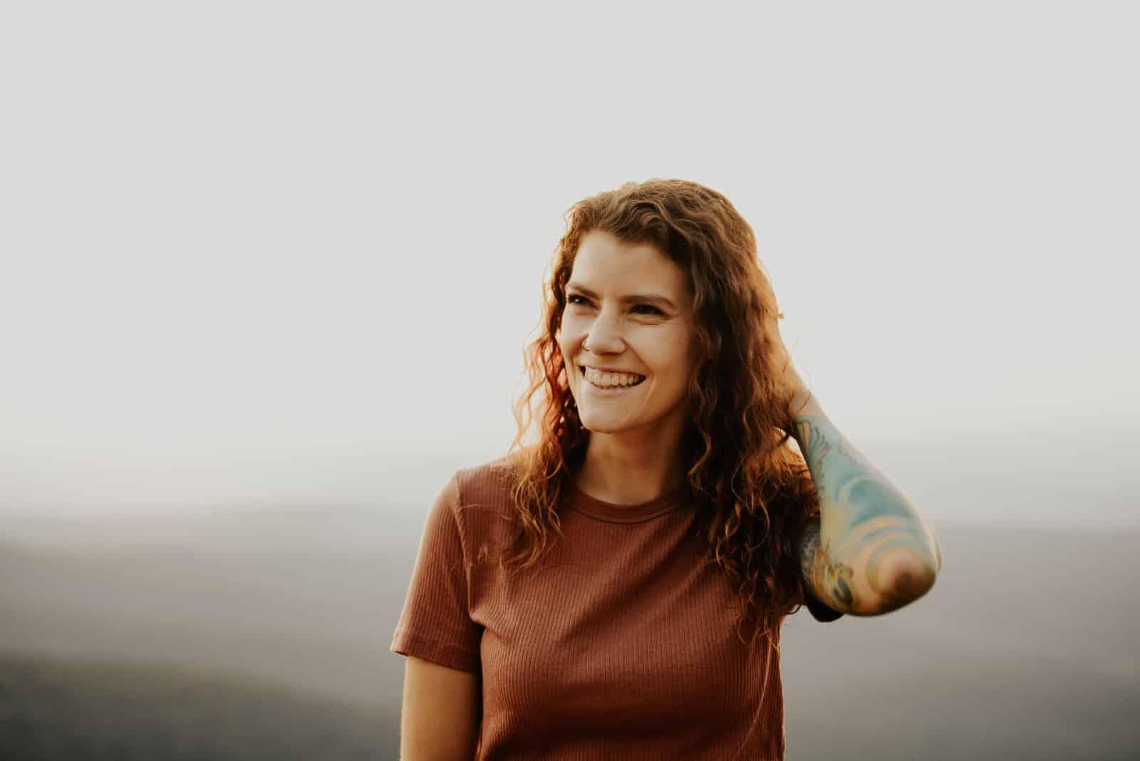 femme debout sur la colline
