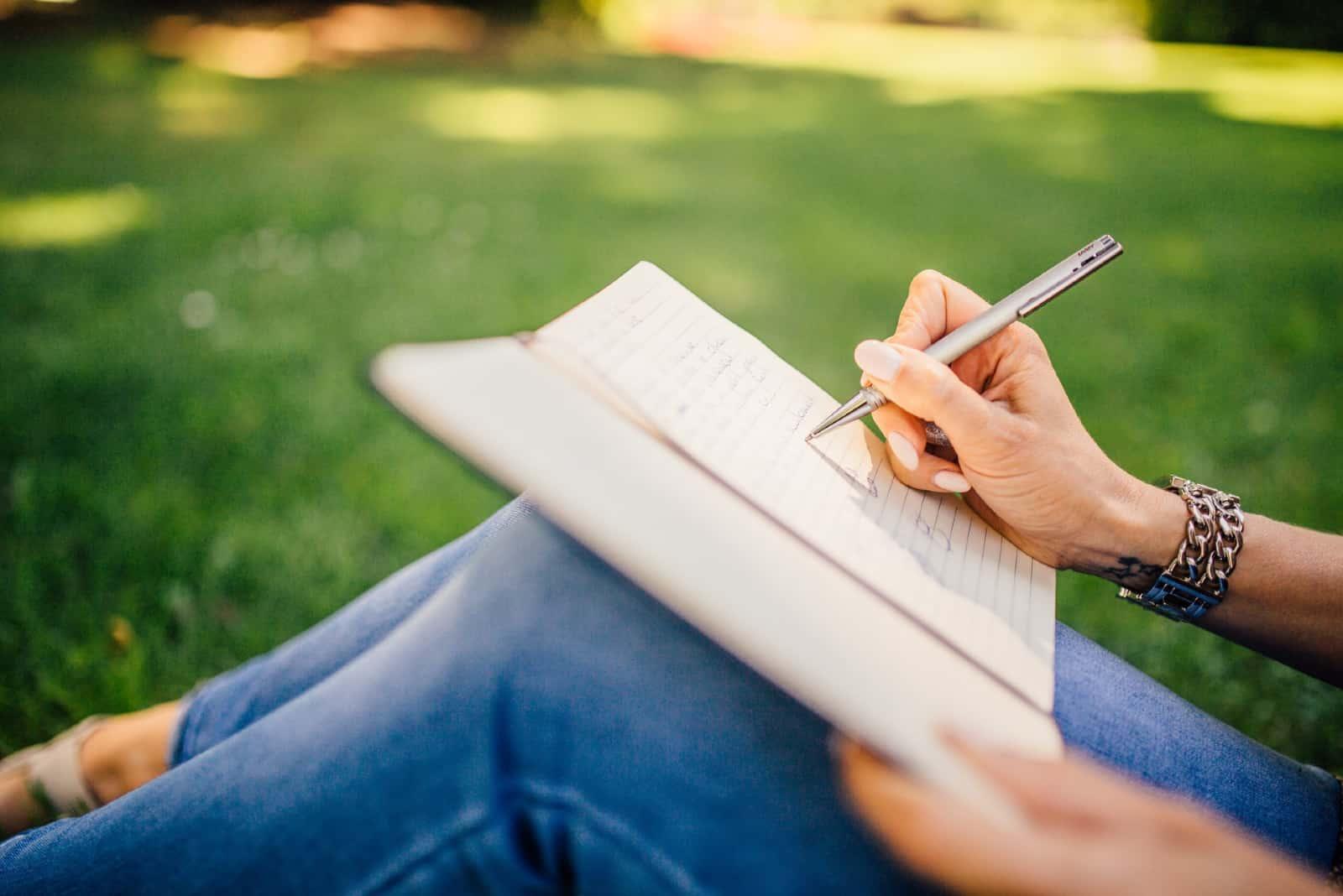 femme écriture séance sur herbe