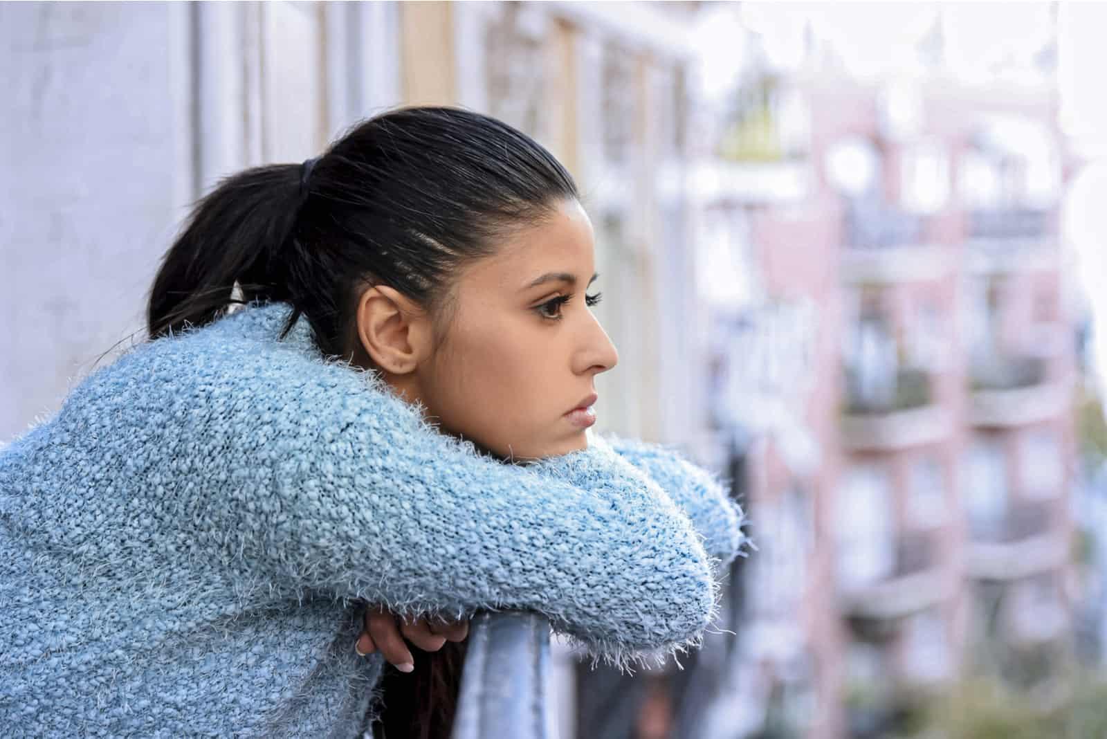 femme hispanique désespérée souffrant de dépression