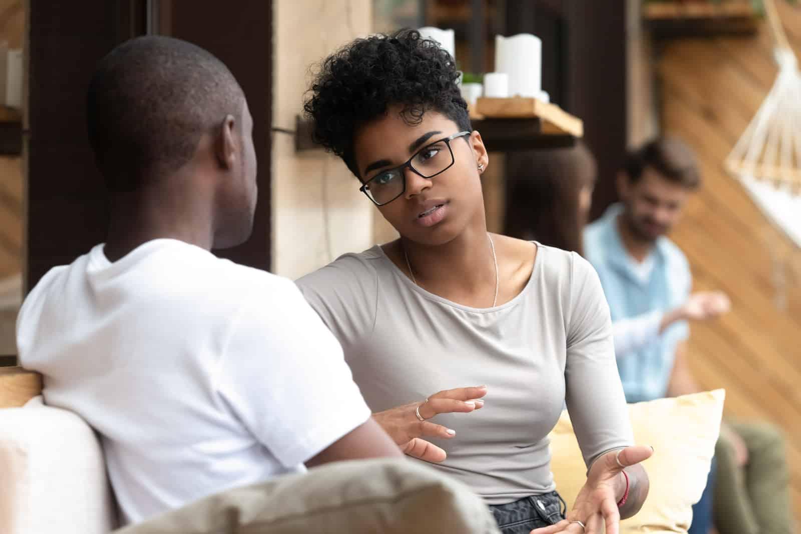 femme parler à homme dans café
