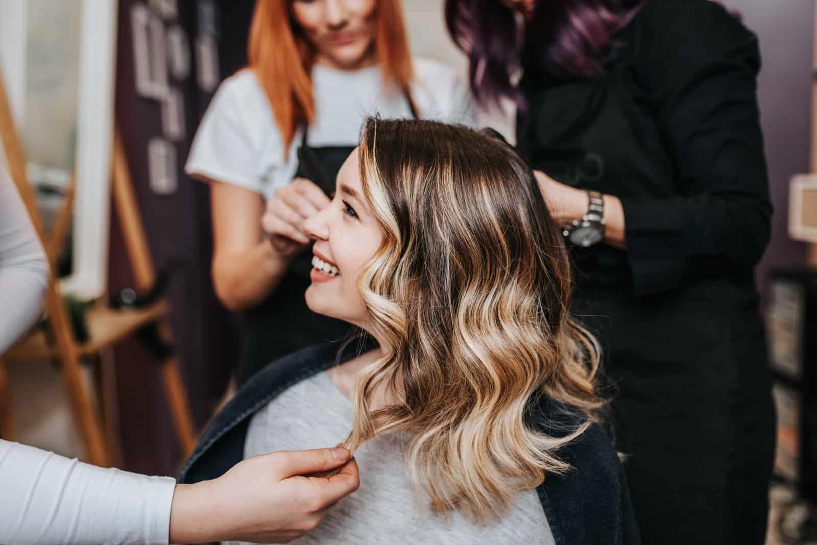 femme souriante chez le coiffeur